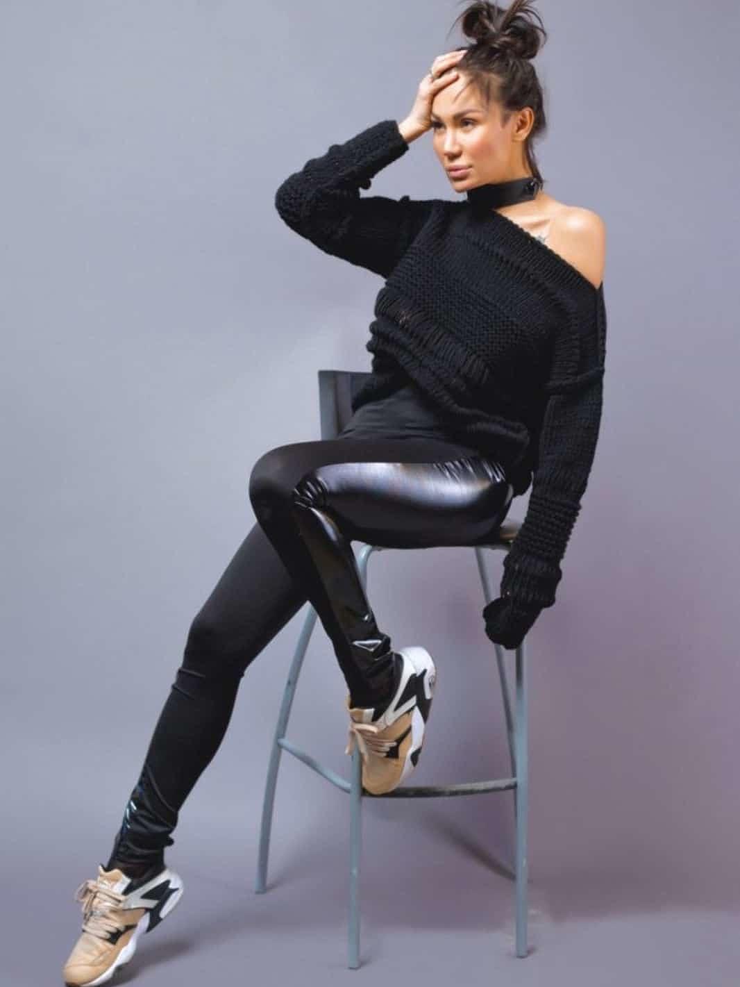 На фотографии женский модный свитер спицами от Shapar, бренда вязаной одежды ручной работы в интернет-магазине связанных вещей.