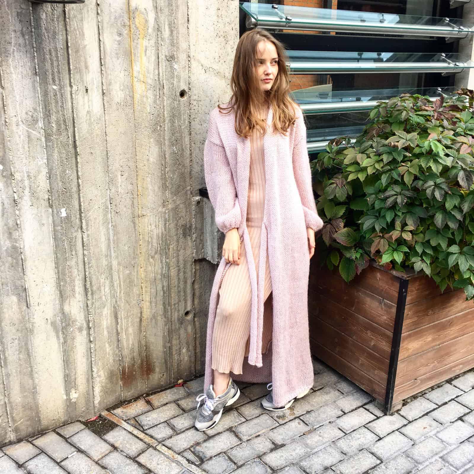 На фотографии модный вязаный кардиган из ангоры от Shapar, бренда женской одежды ручной работы в интернет-магазине связанных спицами вещей.