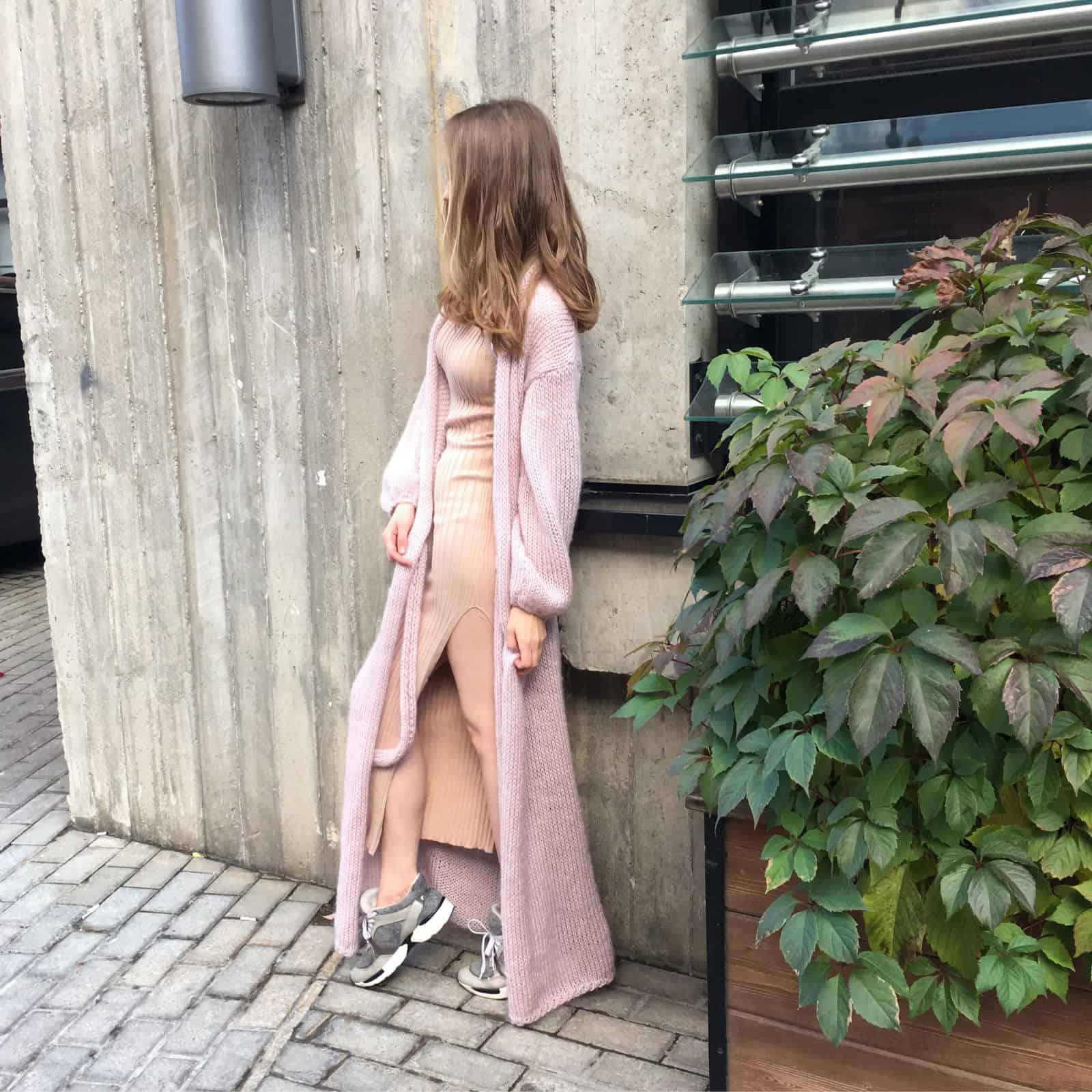 На второй фотографии длинный модный вязаный кардиган бледно-розового цвета от Shapar, бренда женской одежды ручной работы в интернет-магазине связанных спицами вещей.