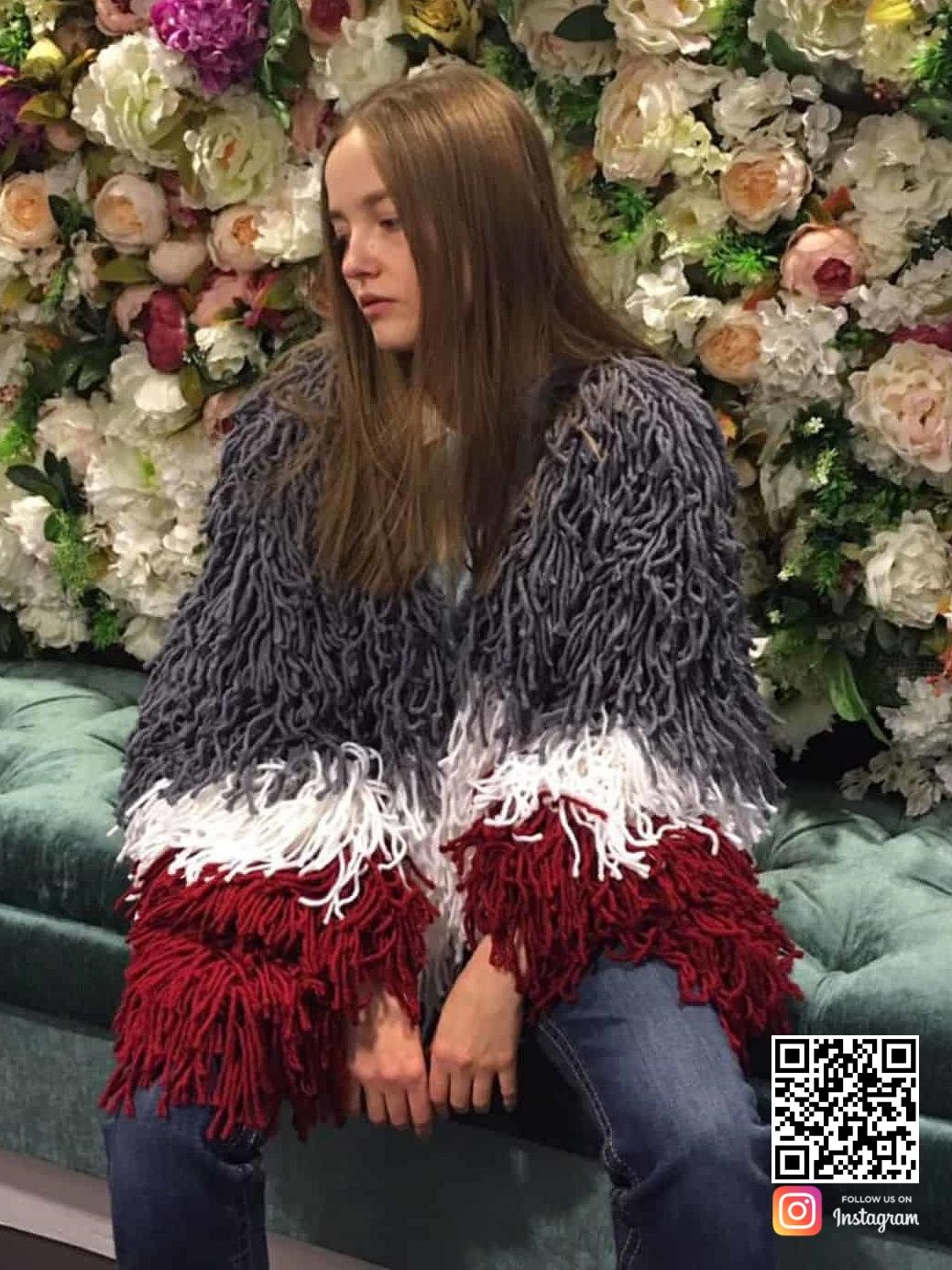 На третьей фотографии объемный трехцветный дизайнерский кардиган для женщин от Shapar, бренда вязаной одежды ручной работы в интернет-магазине связанных спицами вещей.