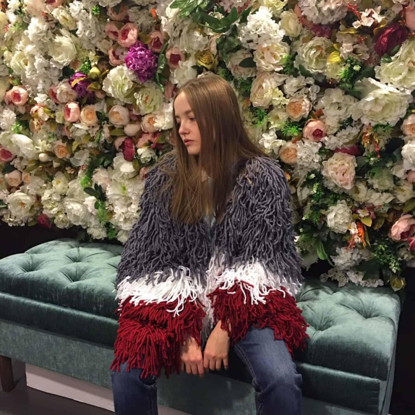 На третьей фотографии объемное трехцветное женское пальто кардиган от Shapar, бренда вязаной одежды ручной работы в интернет-магазине связанных спицами вещей.