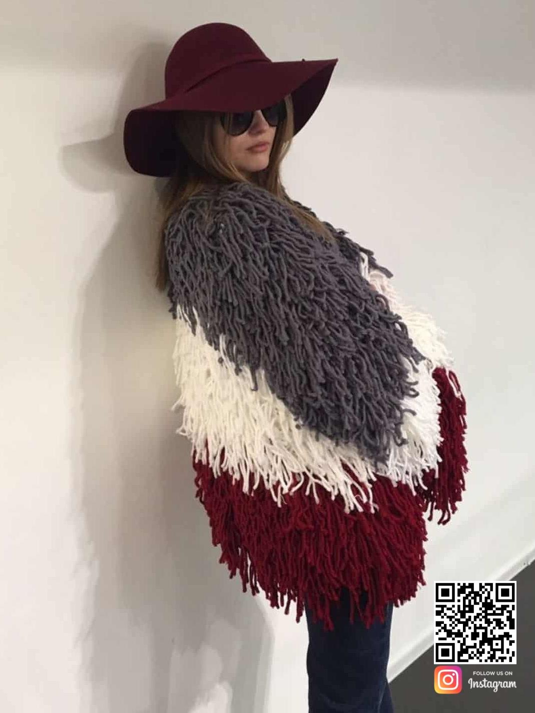 На второй фотографии дизайнерский кардиган в стиле лондонской моды от Shapar, бренда вязаной одежды ручной работы в интернет-магазине связанных спицами вещей.