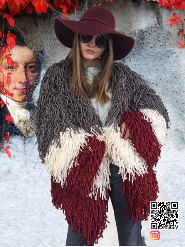 На фотографии женский дизайнерский кардиган от Shapar, бренда вязаной одежды ручной работы в интернет-магазине связанных спицами вещей.