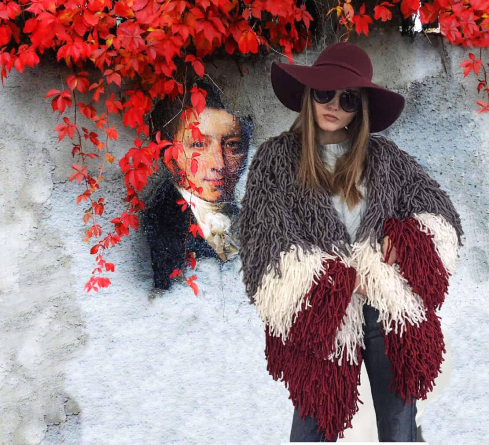 На фотографии женское пальто кардиган от Shapar, бренда вязаной одежды ручной работы в интернет-магазине связанных спицами вещей.