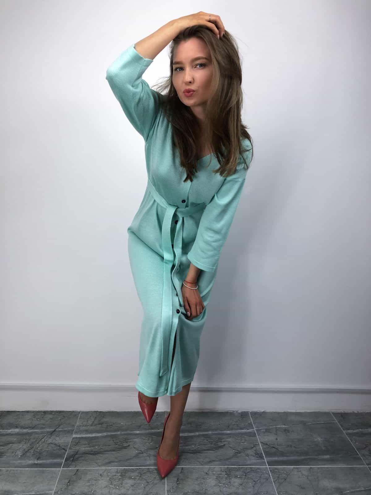 На четвертой фотографии вязаное платье халат на пуговицах с поясом от Shapar, бренда женской одежды ручной работы в интернет-магазине связанных спицами вещей.