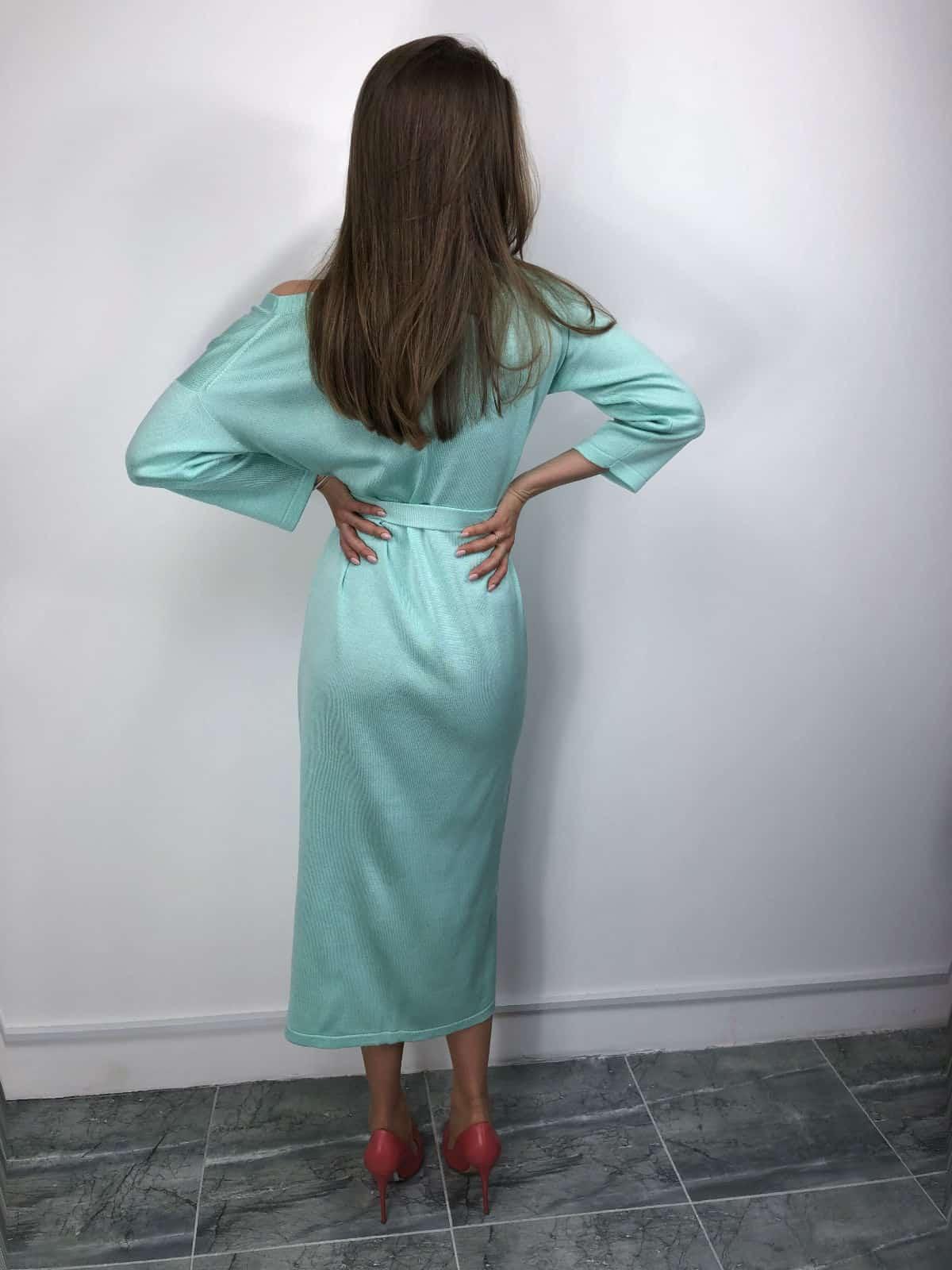 На второй фотографии вязаное платье халат на пуговицах со спины от Shapar, бренда женской одежды ручной работы в интернет-магазине связанных спицами вещей.