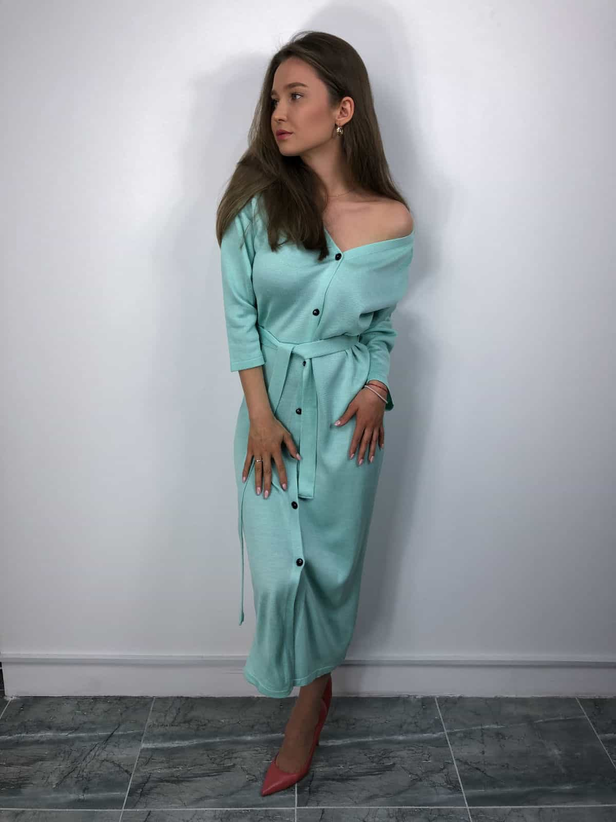 На пятой фотографии модное платье халат на пуговицах для девушек и женщин от Shapar, бренда вязаной одежды ручной работы в интернет-магазине связанных спицами вещей.