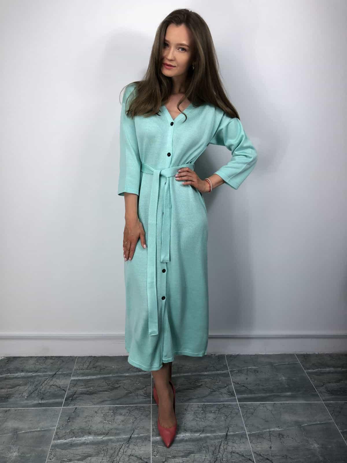 На фотографии вязаное платье халат на пуговицах от Shapar, бренда женской одежды ручной работы в интернет-магазине связанных спицами вещей.