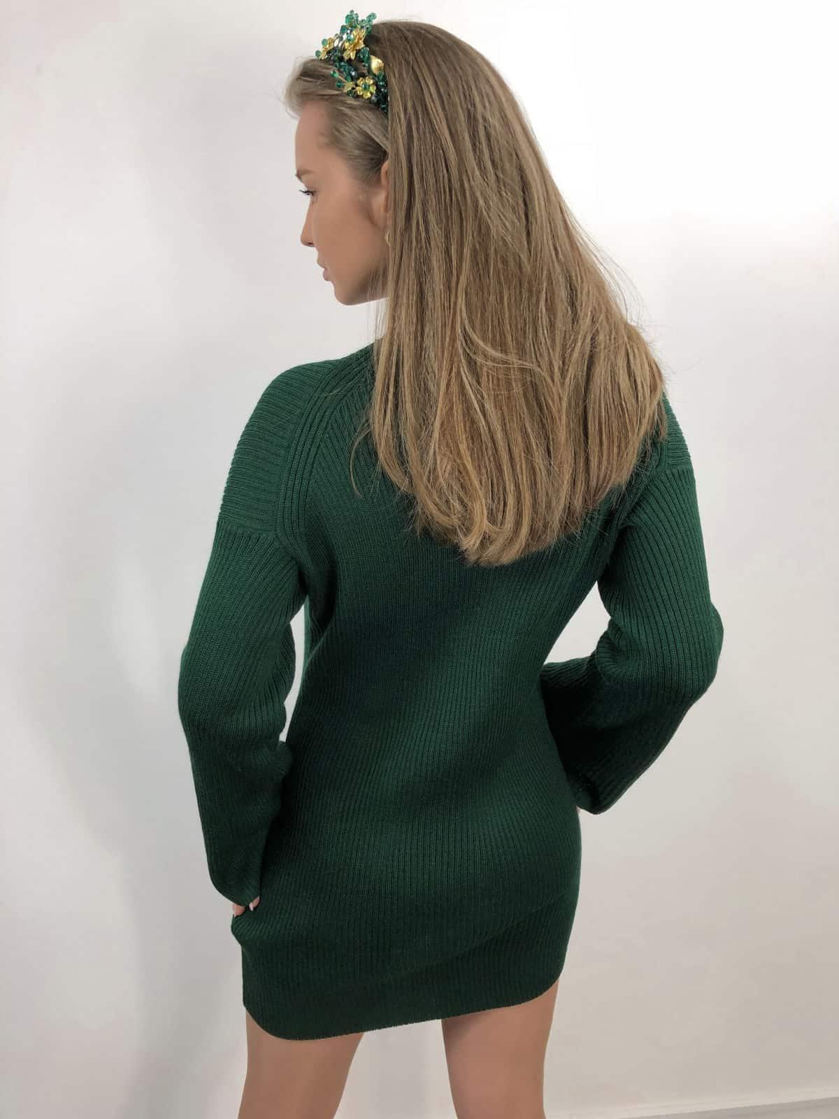 На фотографии вязаное платье с чокером от SHAPAR, бренда женской одежды ручной работы в интернет-магазине связанных спицами вещей.