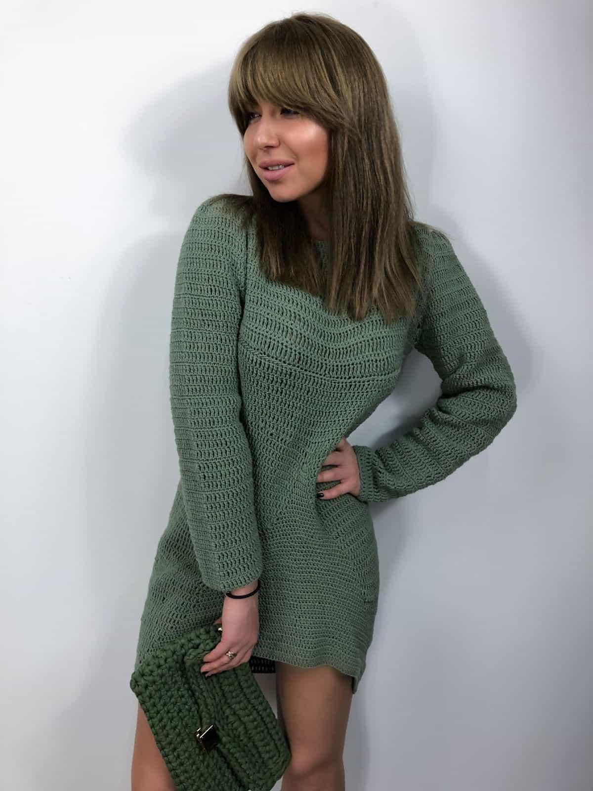 На фотографии вязаное пляжное платье крючком от Shapar, бренда женской одежды ручной работы в интернет-магазине связанных крючком вещей.