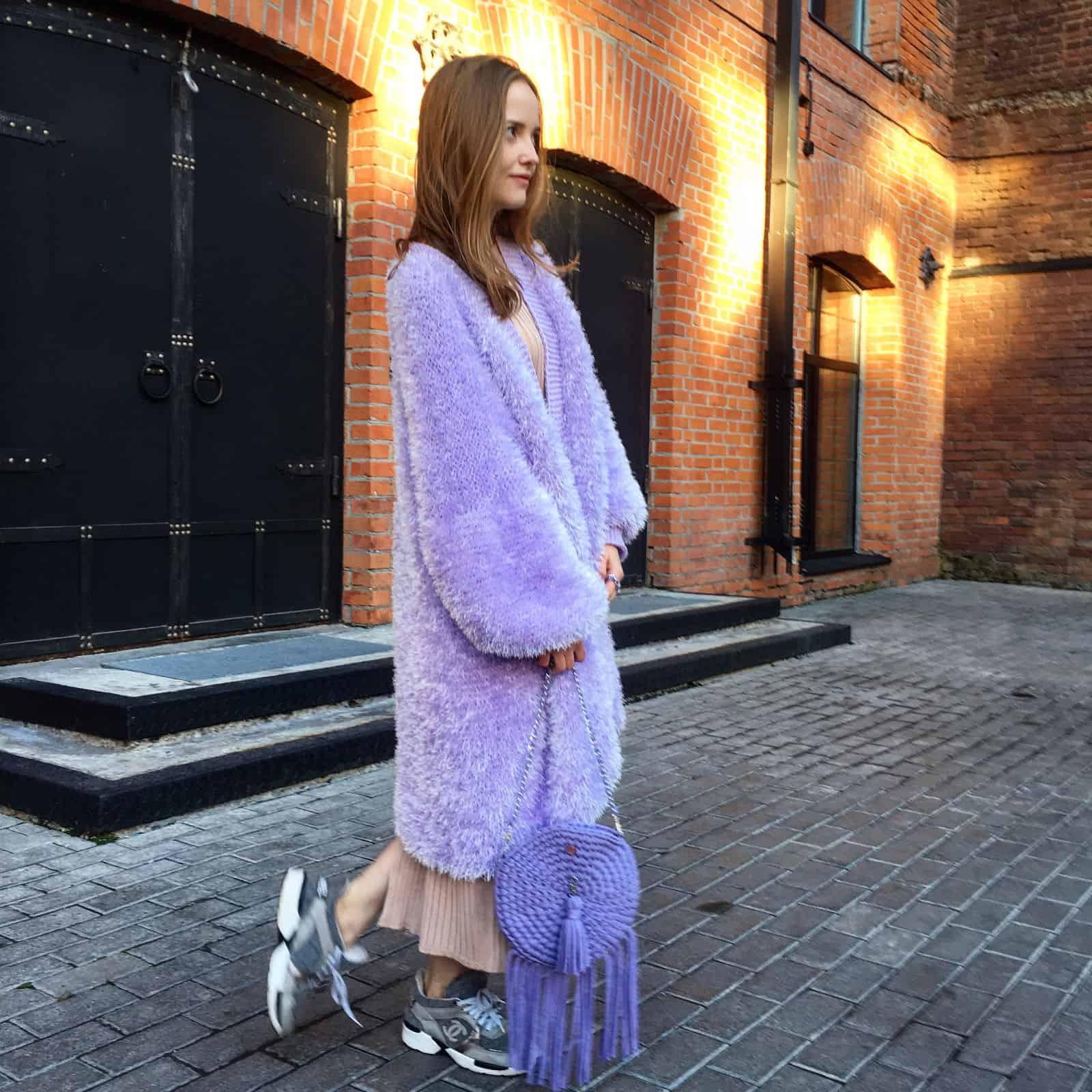 На второй фотографии фиолетовый пушистый кардиган в технике травка от Shapar, бренда вязаной одежды ручной работы в интернет-магазине связанных спицами вещей.