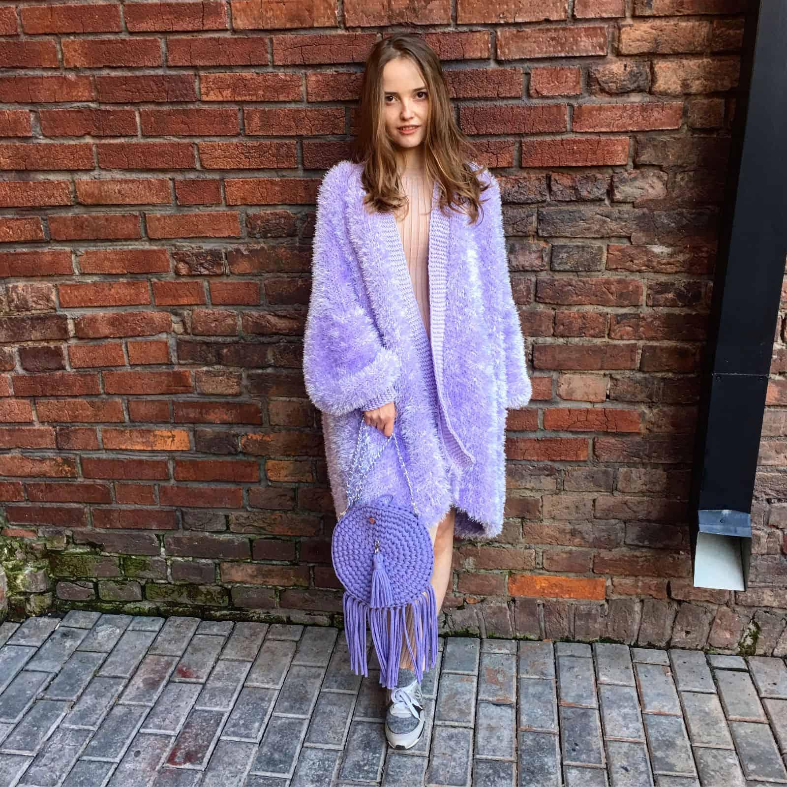 На фотографии женский пушистый кардиган от Shapar, бренда вязаной одежды ручной работы в интернет-магазине связанных спицами вещей.