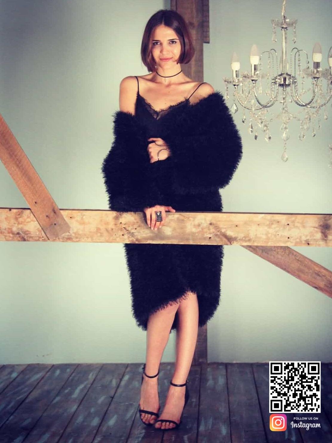 На фотографии черный пушистый кардиган спицами от Shapar, бренда женской вязаной одежды ручной работы в интернет-магазине связанных вещей.