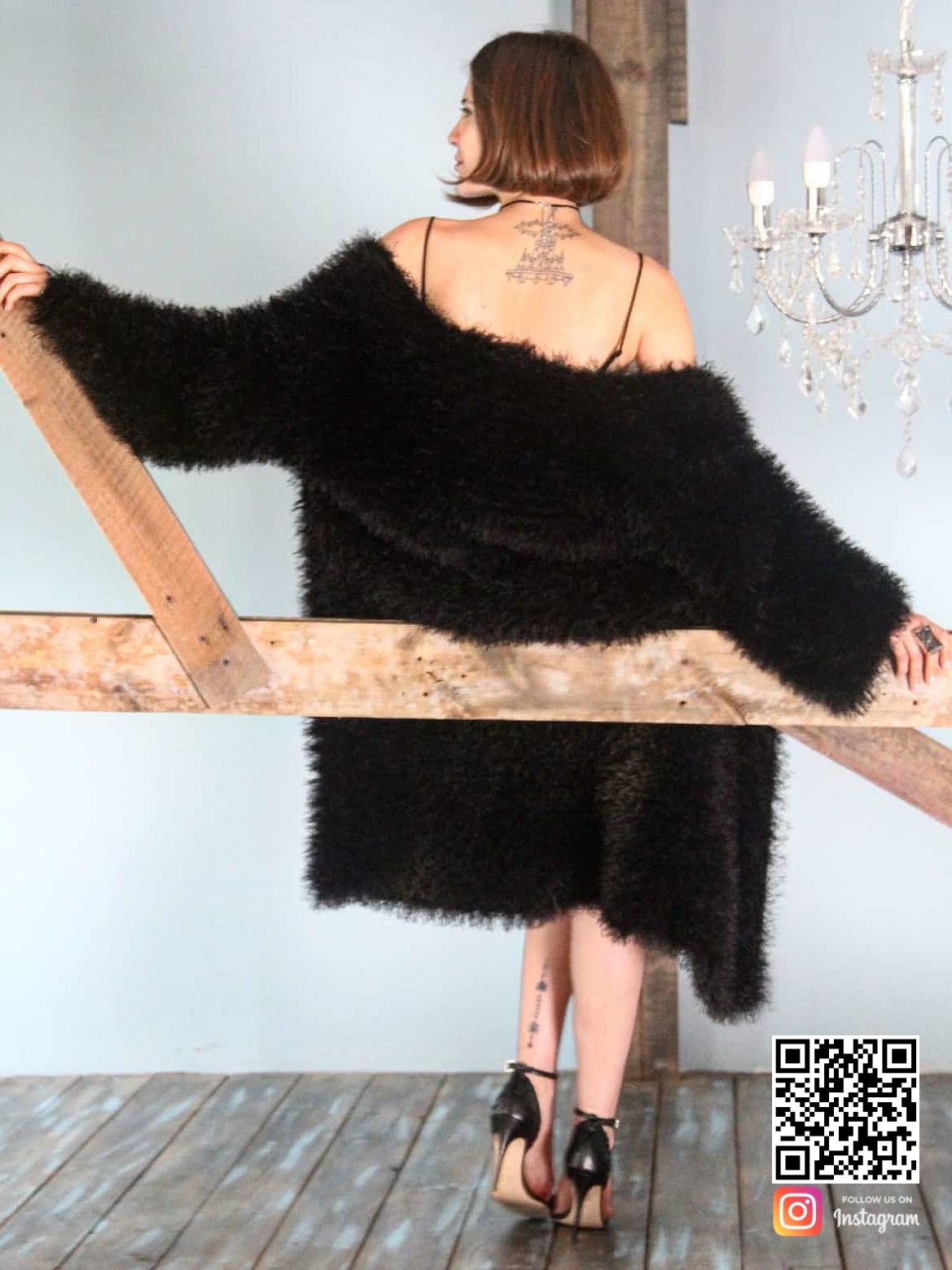 На второй фотографии пушистый кардиган спицами со спины в технике травка от Shapar, бренда женской вязаной одежды ручной работы в интернет-магазине связанных вещей.