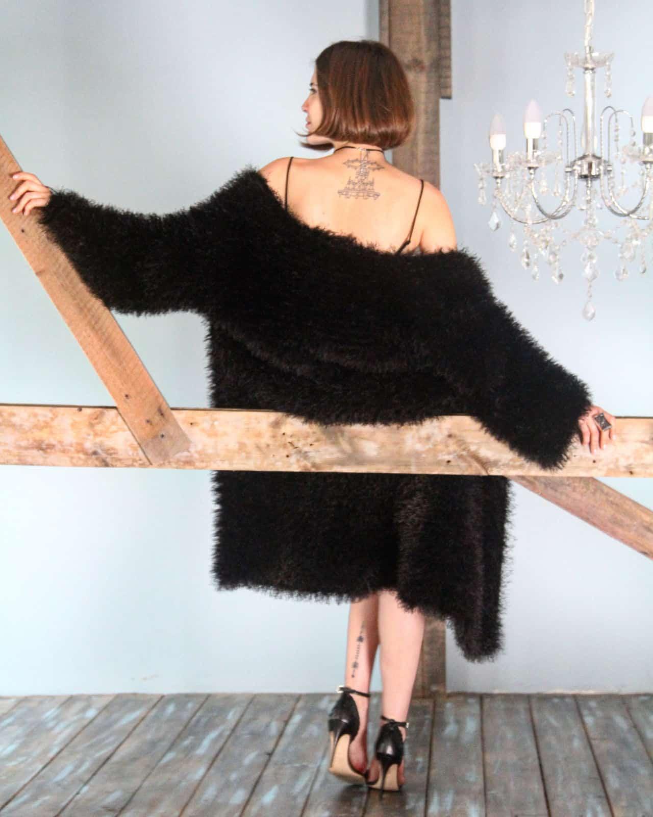 На фотографии черный пушистый кардиган вязаный спицами от SHAPAR, бренда женской одежды ручной работы в интернет-магазине связанных вещей.