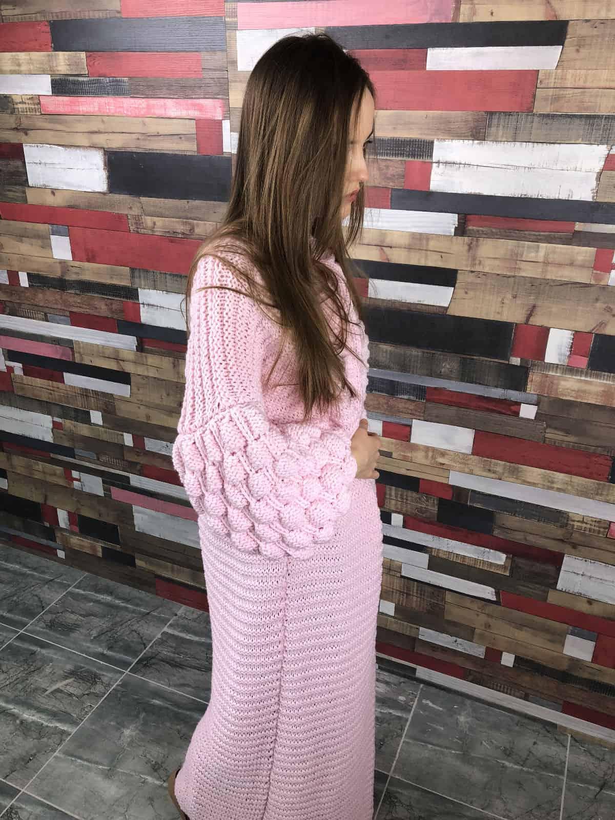 На четвертой фотографии элегантный розовый длинный кардиган от Shapar, бренда женской вязаной одежды ручной работы в интернет-магазине связанных спицами вещей.