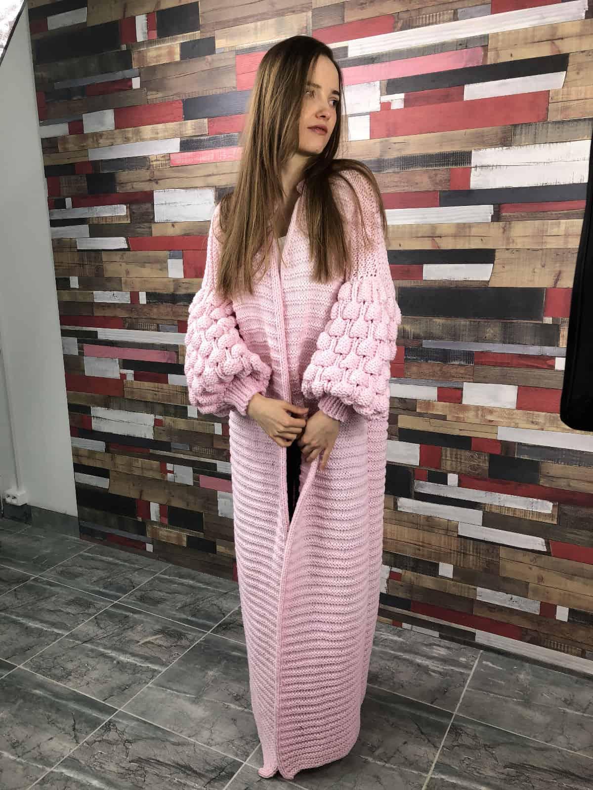 На третьей фотографии розовый длинный кардиган с объемными рукавами от Shapar, бренда женской вязаной одежды ручной работы в интернет-магазине связанных спицами вещей.