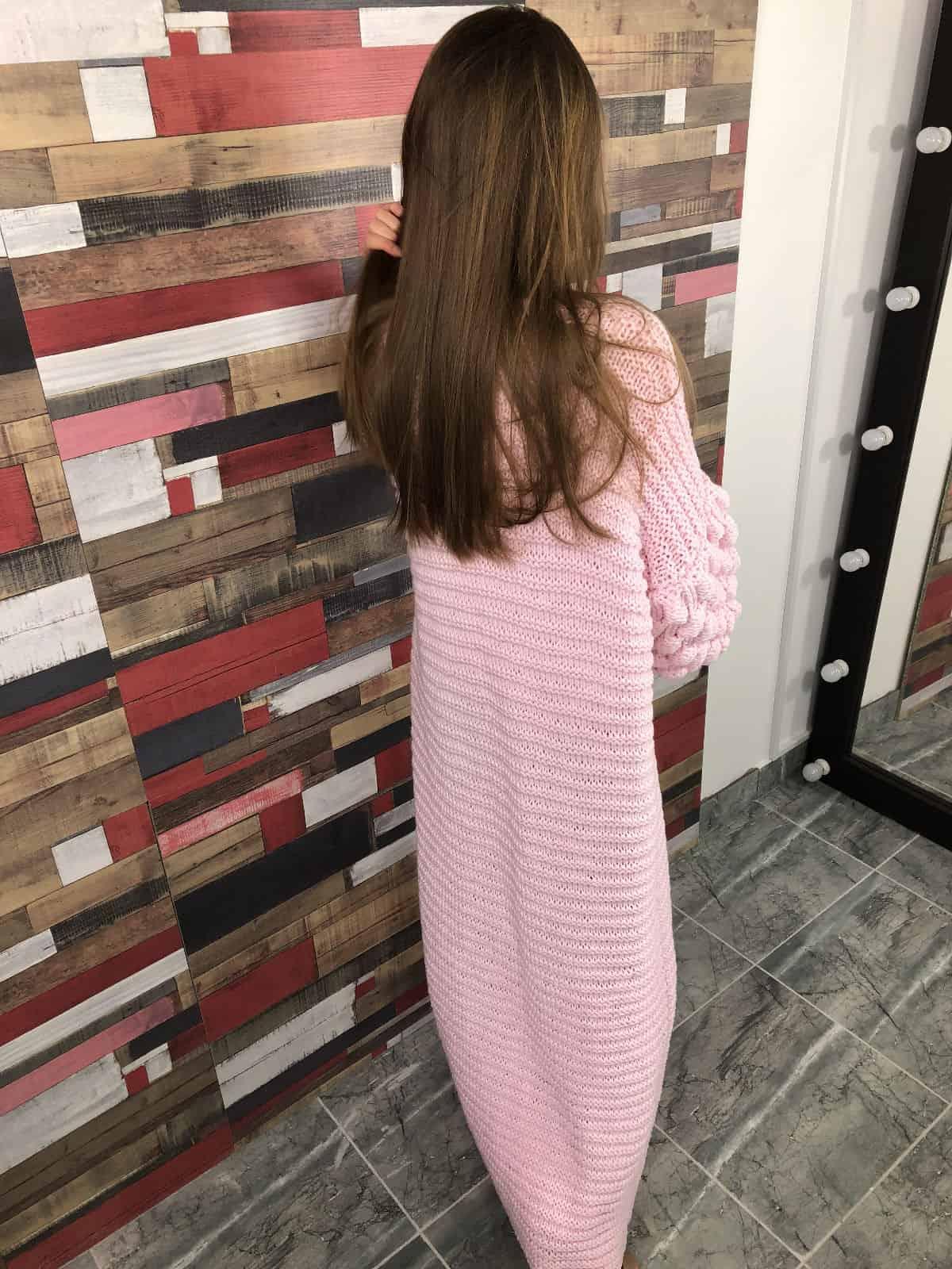 На второй фотографии розовый длинный кардиган со спины от Shapar, бренда женской вязаной одежды ручной работы в интернет-магазине связанных спицами вещей.