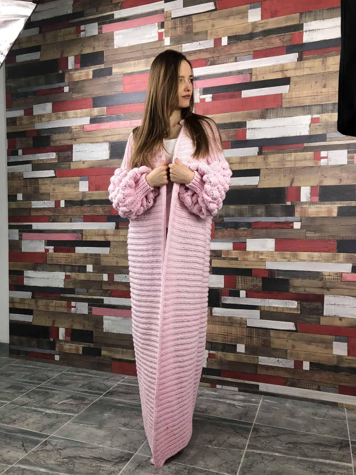 На фотографии розовый длинный кардиган от Shapar, бренда женской вязаной одежды ручной работы в интернет-магазине связанных спицами вещей.