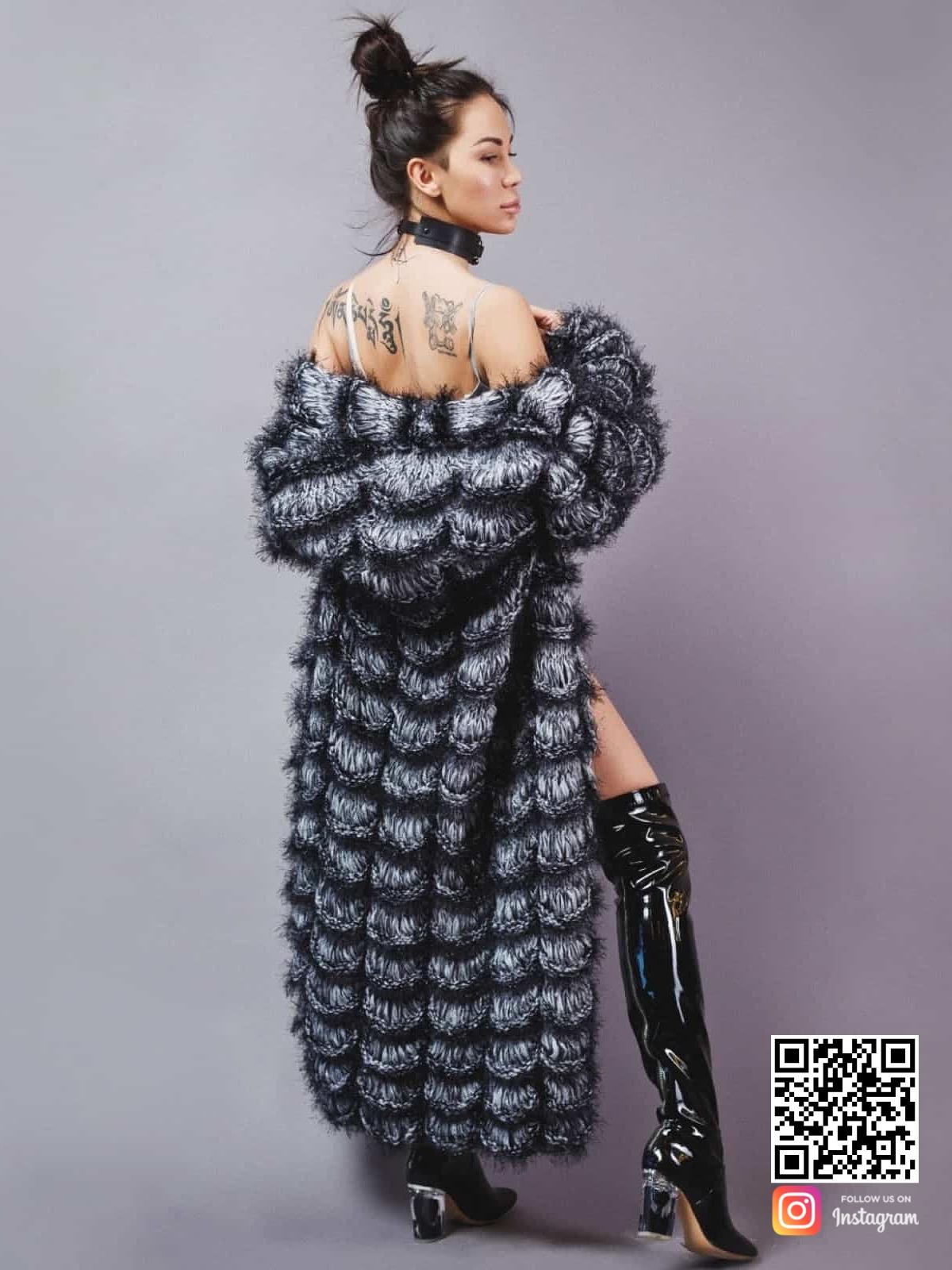 На фотографии вязаный шикарный кардиган от Shapar, бренда женской одежды ручной работы в интернет-магазине связанных спицами вещей.