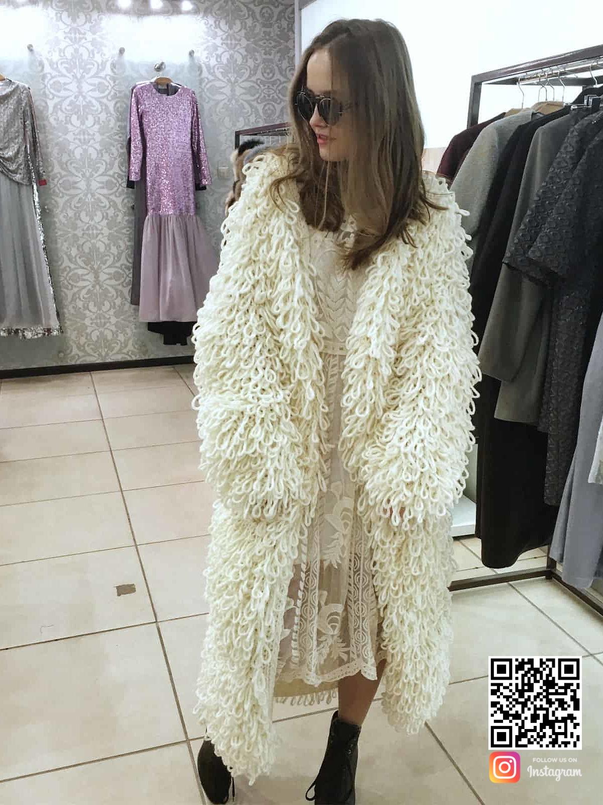 На второй фотографии гламурная шуба-кардиган для девушек от Shapar, бренда вязаной одежды ручной работы в интернет-магазине связанных спицами вещей.