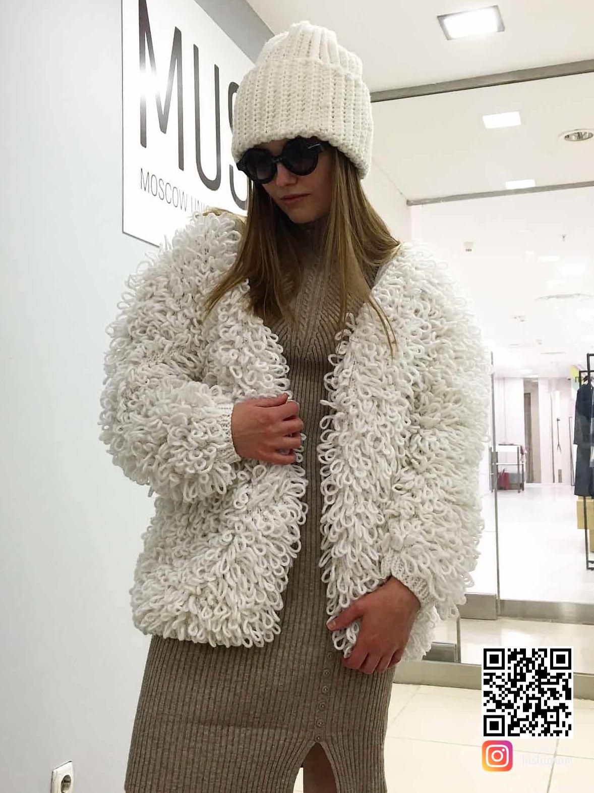 На второй фотографии роскошная белая вязаная шуба спицами от Shapar, бренда женской одежды ручной работы в интернет-магазине связанных вещей.