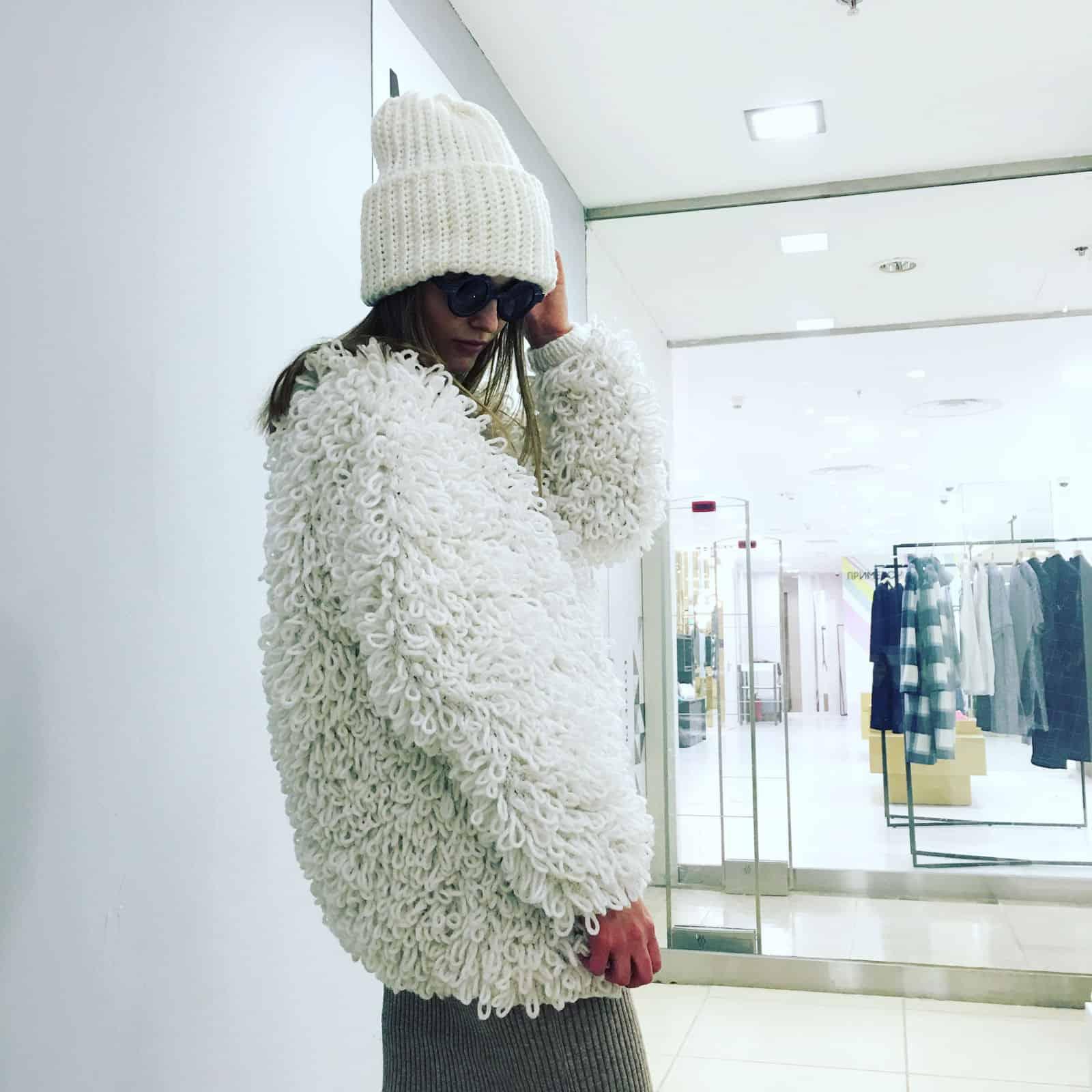 На фотографии роскошная вязаная шуба спицами от Shapar, бренда женской одежды ручной работы в интернет-магазине связанных вещей.