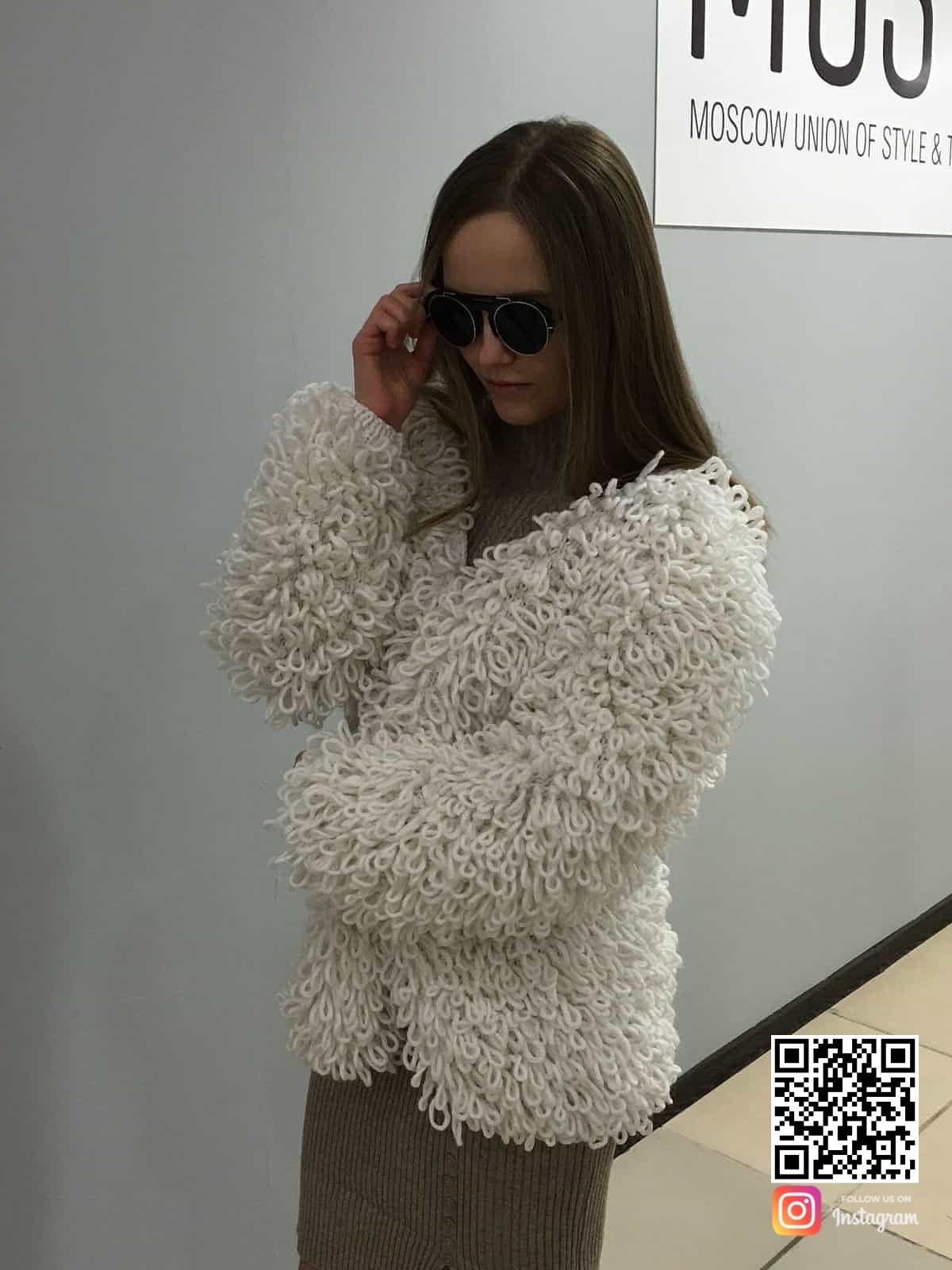 На третьей фотографии пушистая вязаная шуба спицами от Shapar, бренда женской одежды ручной работы в интернет-магазине связанных вещей.