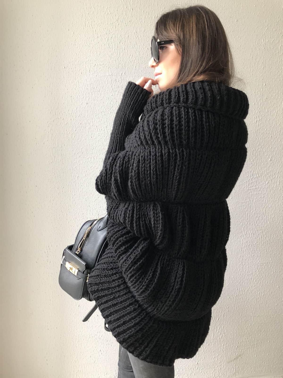 На второй фотографии женский стильный кардиган крупной вязки от Shapar, бренда одежды ручной работы в интернет-магазине связанных спицами вещей.