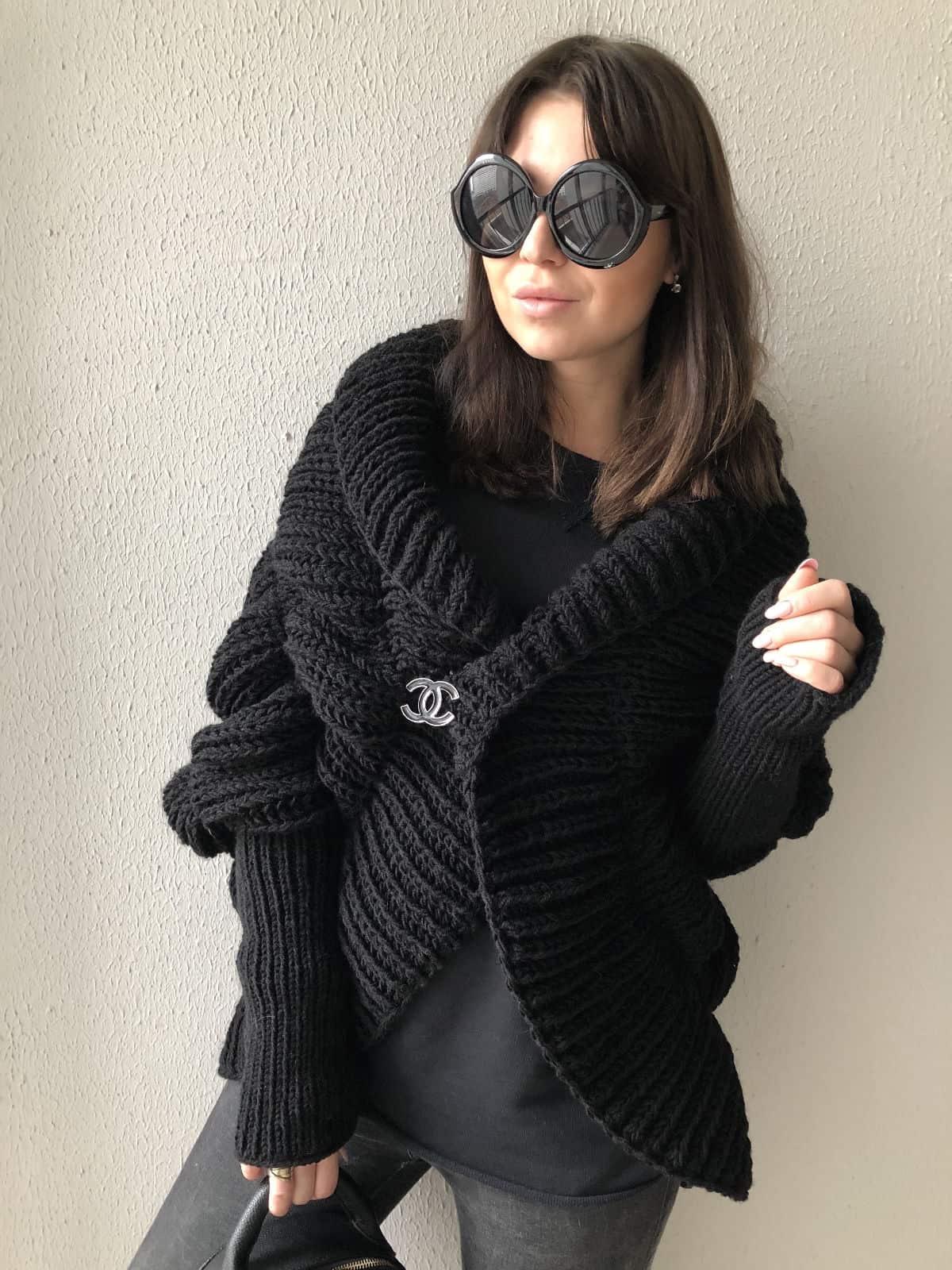 На фотографии черный стильный кардиган от Shapar, бренда женской вязаной одежды ручной работы в интернет-магазине связанных спицами вещей.