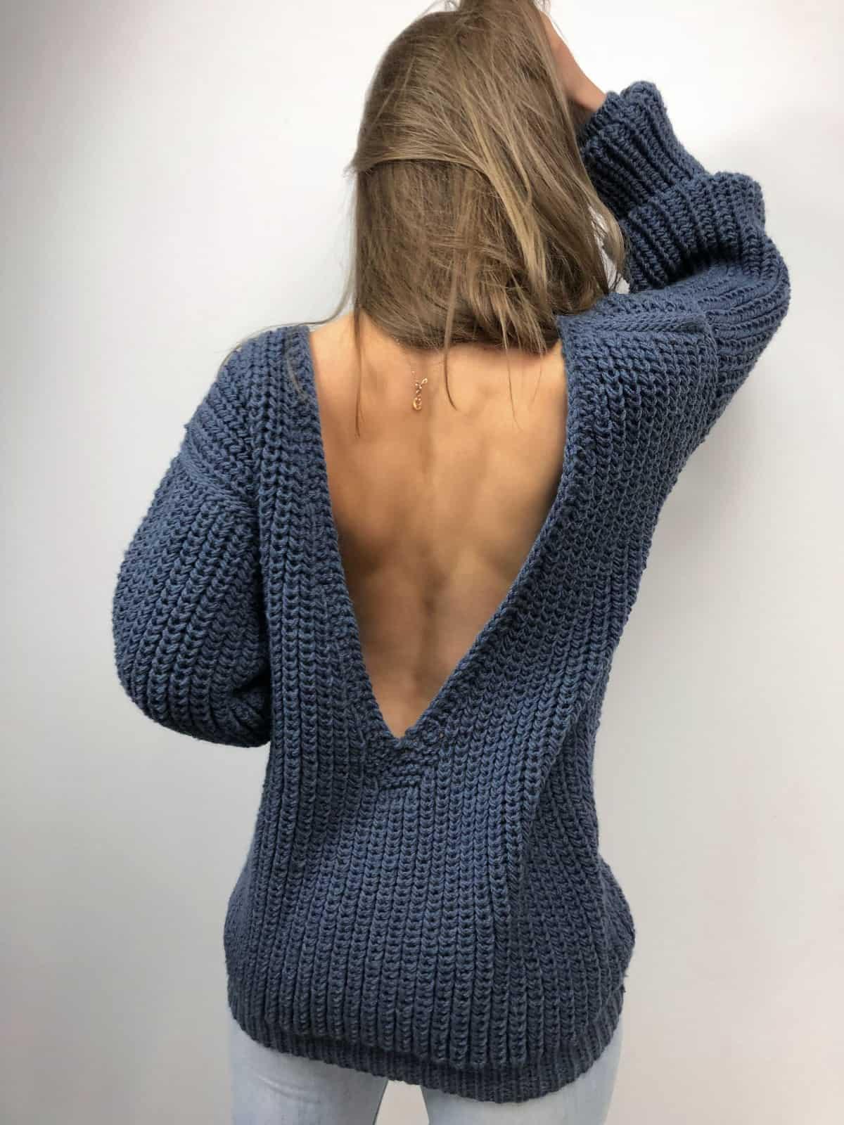 На второй фотографии свитер с глубоким вырезом для девушки от Shapar, бренда вязаной одежды ручной работы в интернет-магазине связанных спицами вещей.