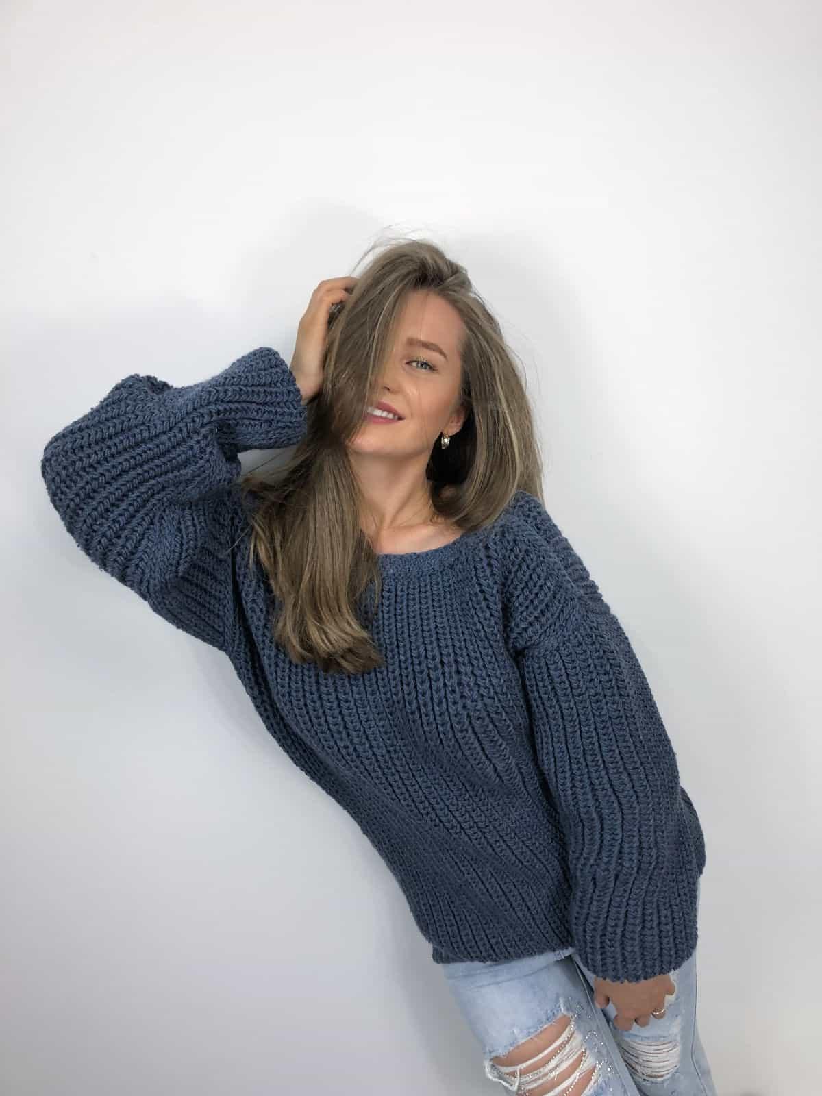 На третьей фотографии свитер с глубоким вырезом на спине от Shapar, бренда вязаной одежды ручной работы в интернет-магазине связанных спицами вещей.