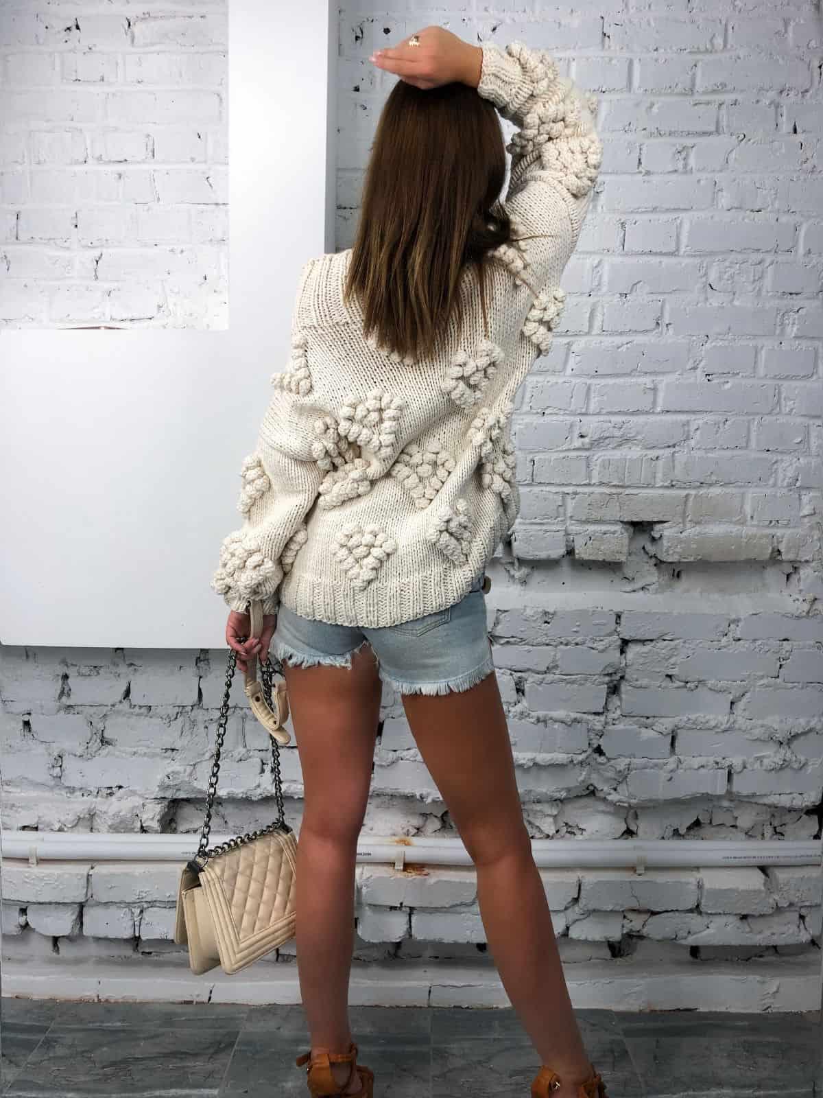 На третьей фотографии женский свитер с орнаментом со спины от Shapar, бренда вязаной одежды ручной работы в интернет-магазине связанных спицами вещей.