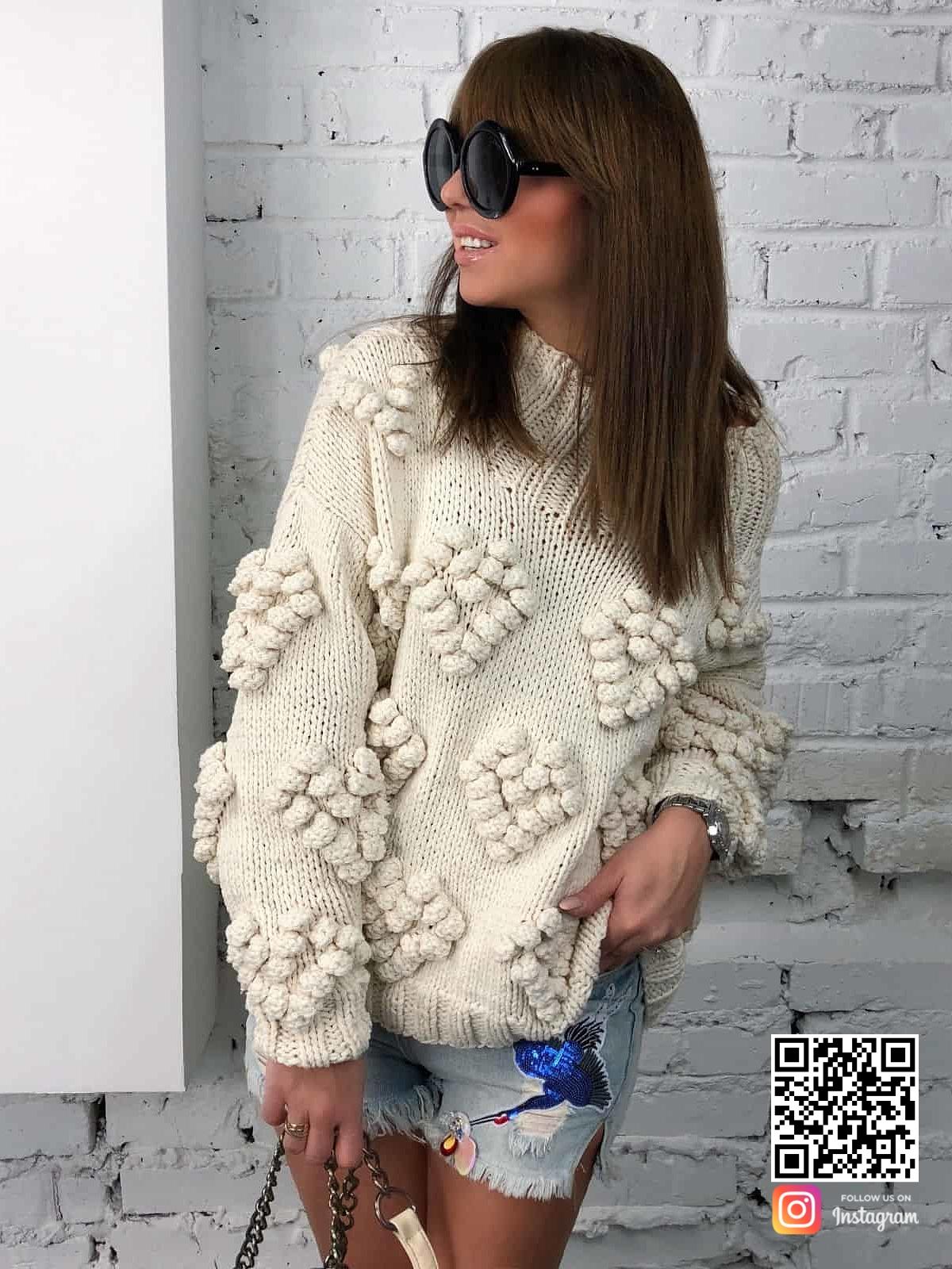 На второй фотографии женский свитер с орнаментом сердца от Shapar, бренда вязаной одежды ручной работы в интернет-магазине связанных спицами вещей.