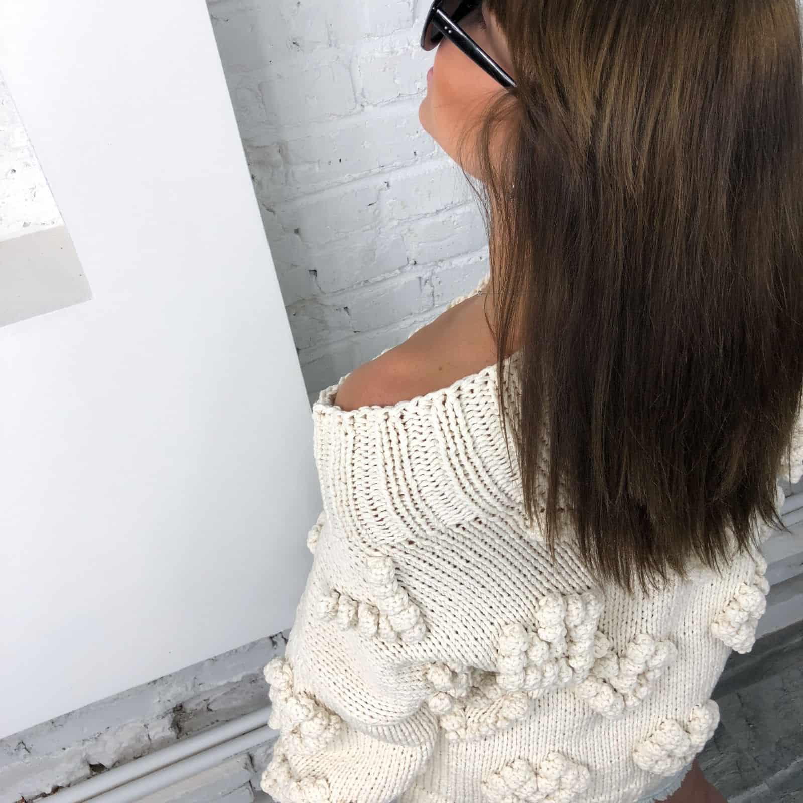 На пятой фотографии женский свитер с орнаментом молочного цвета от Shapar, бренда вязаной одежды ручной работы в интернет-магазине связанных спицами вещей.