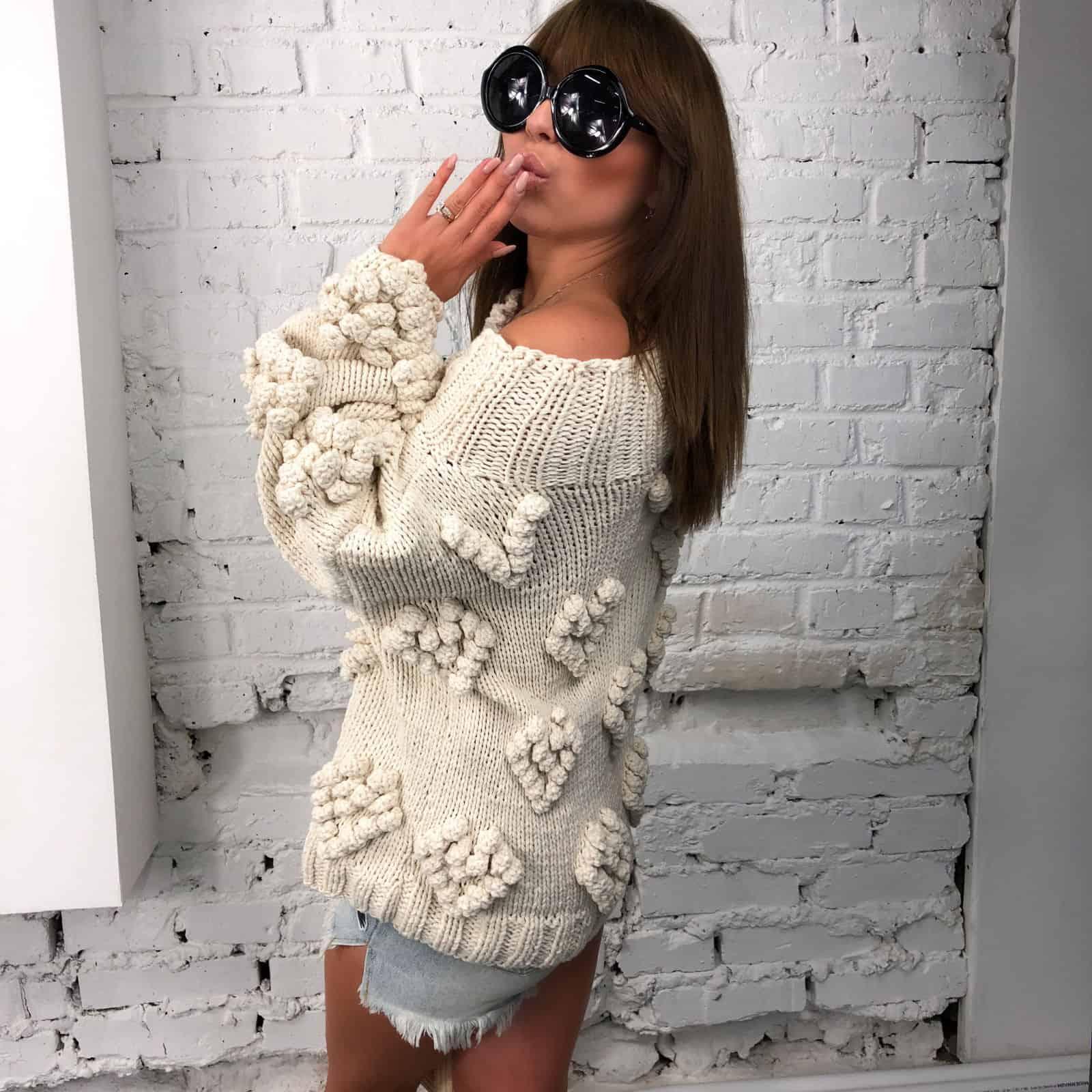 На четвертой фотографии женский свитер с орнаментом на одно плечо от Shapar, бренда вязаной одежды ручной работы в интернет-магазине связанных спицами вещей.