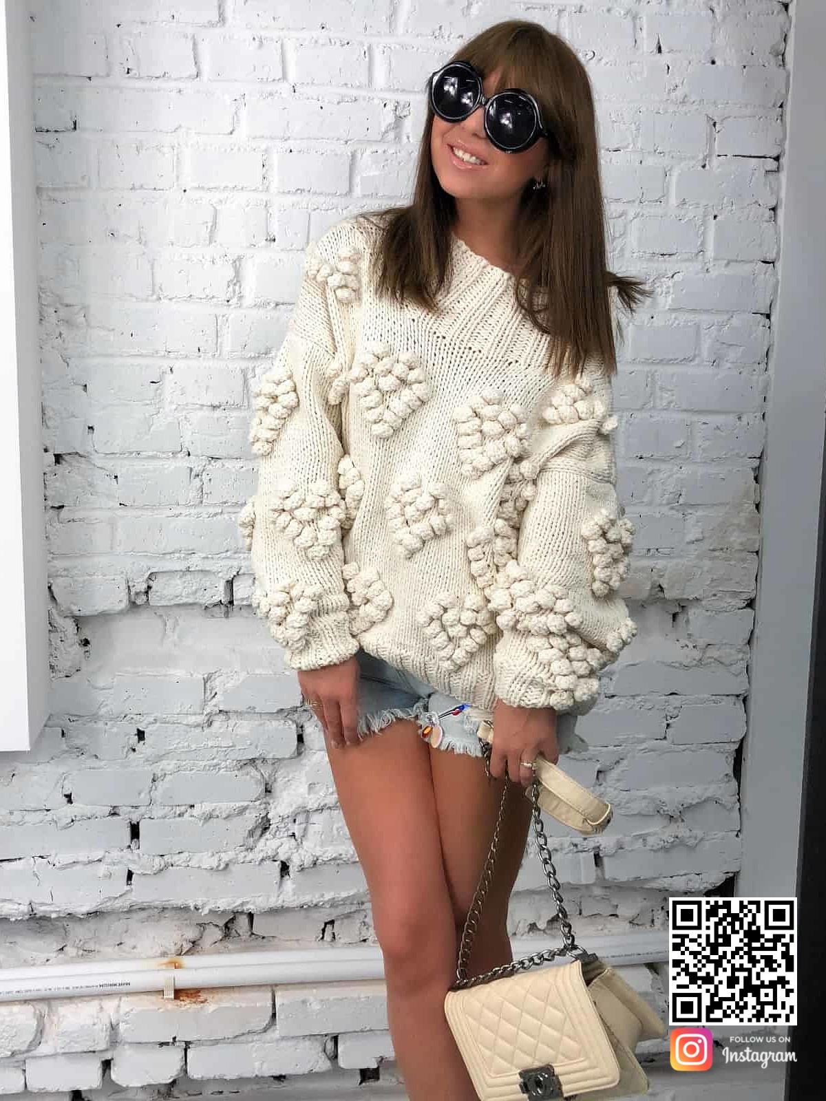 На фотографии женский свитер с орнаментом от Shapar, бренда вязаной одежды ручной работы в интернет-магазине связанных спицами вещей.