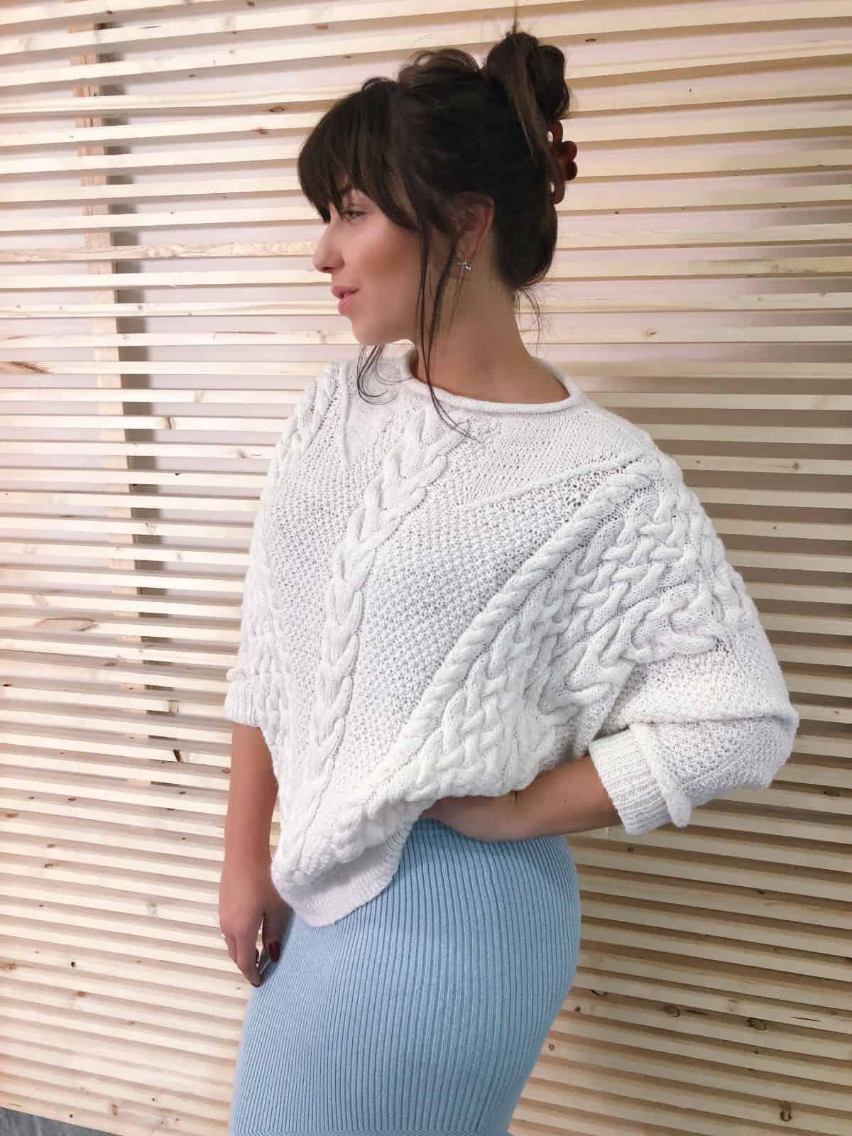 На фотографии женский свитер спицами от Shapar, бренда связанной одежды ручной работы в интернет-магазине вязаных вещей.