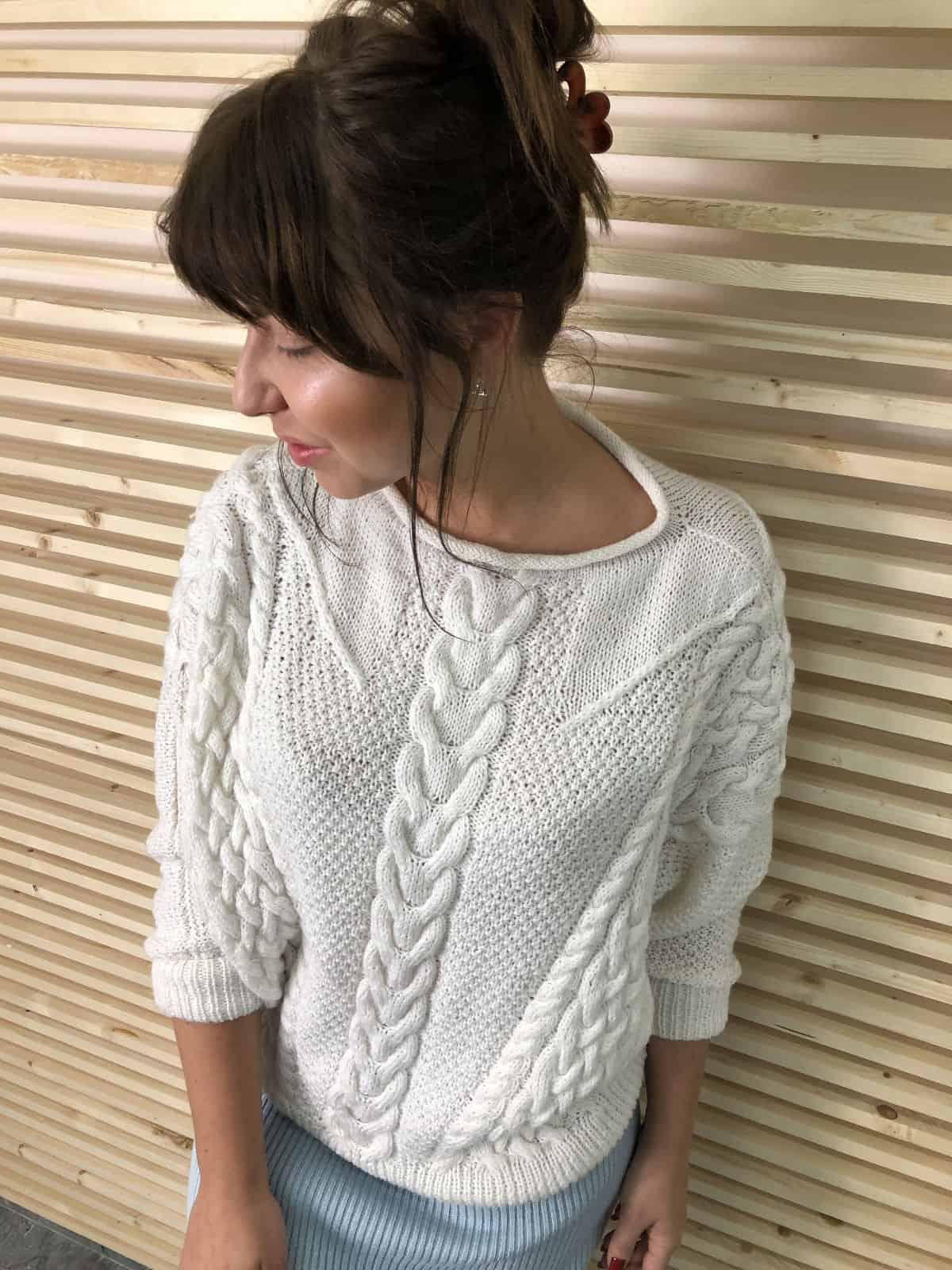 На третьей фотографии белый женский свитер спицами от Shapar, бренда связанной одежды ручной работы в интернет-магазине вязаных вещей.