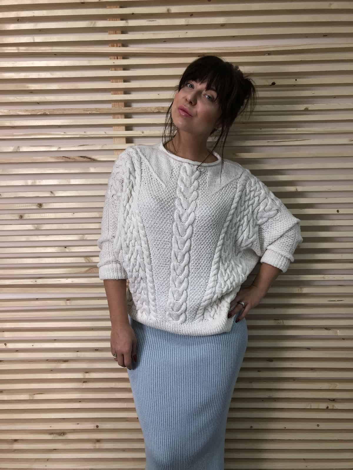 На четвертой фотографии женский свитер спицами в косах от Shapar, бренда связанной одежды ручной работы в интернет-магазине вязаных вещей.