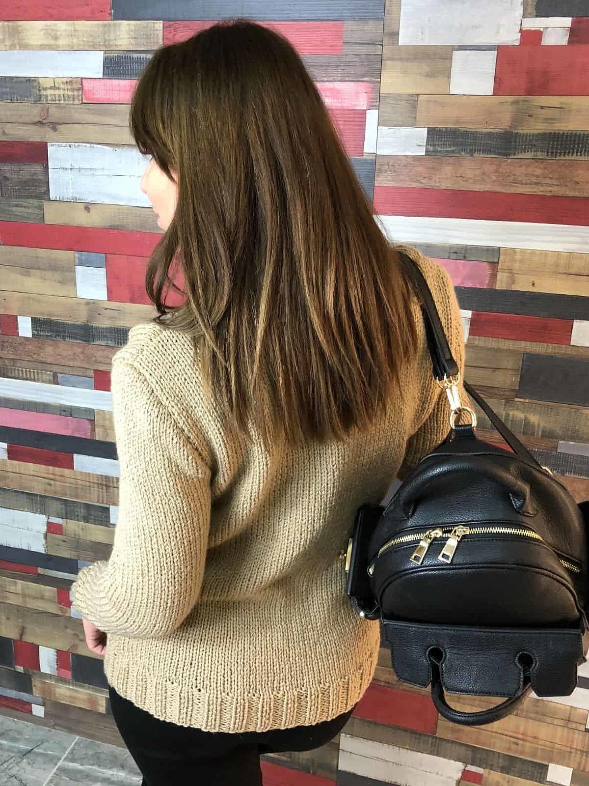 На третьей фотографии бежевый вязаный свитер со спины от Shapar, бренда одежды ручной работы в интернет-магазине связанных спицами вещей.