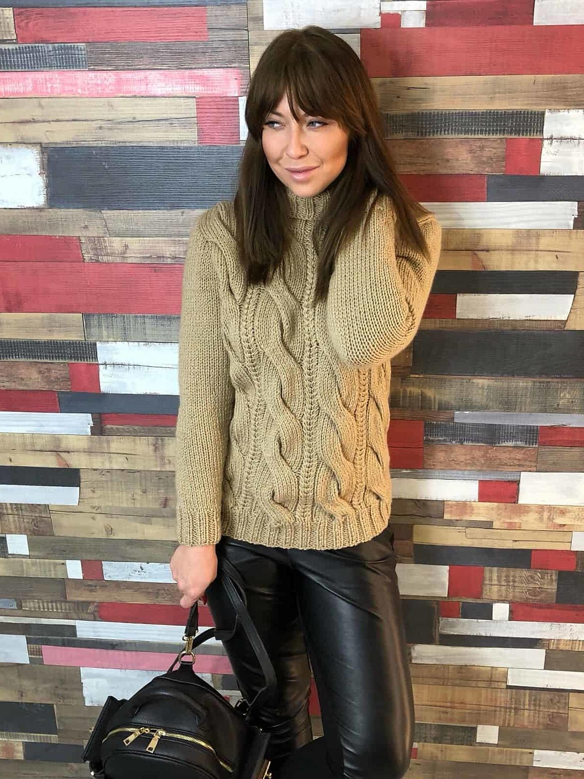 На фотографии бежевый вязаный свитер от Shapar, бренда одежды ручной работы в интернет-магазине связанных спицами вещей.