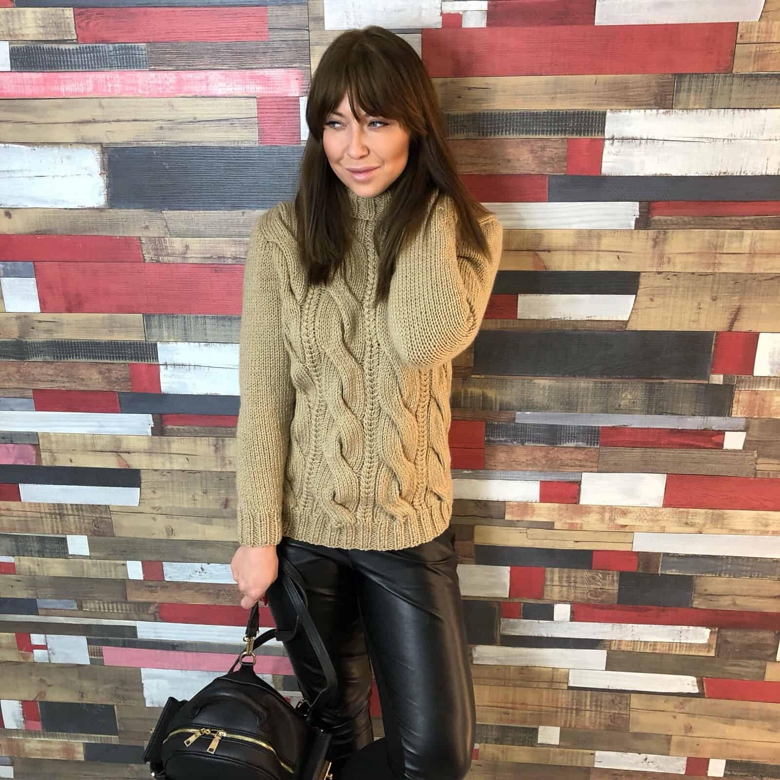 На фотографии бежевый связанный спицами свитер с косами от SHAPAR, бренда женской одежды ручной работы в интернет-магазине вязаных вещей.