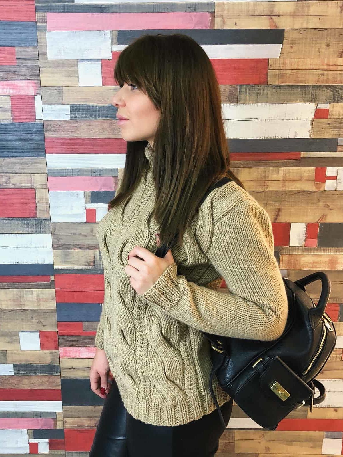 На второй фотографии бежевый вязаный свитер с косами от Shapar, бренда одежды ручной работы в интернет-магазине связанных спицами вещей.