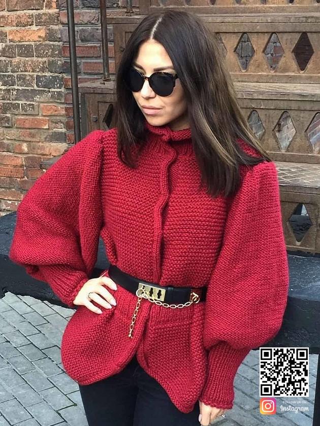 На фотографии сюртук женский от Shapar, бренда вязаной одежды ручной работы в интернет-магазине связанных спицами вещей.