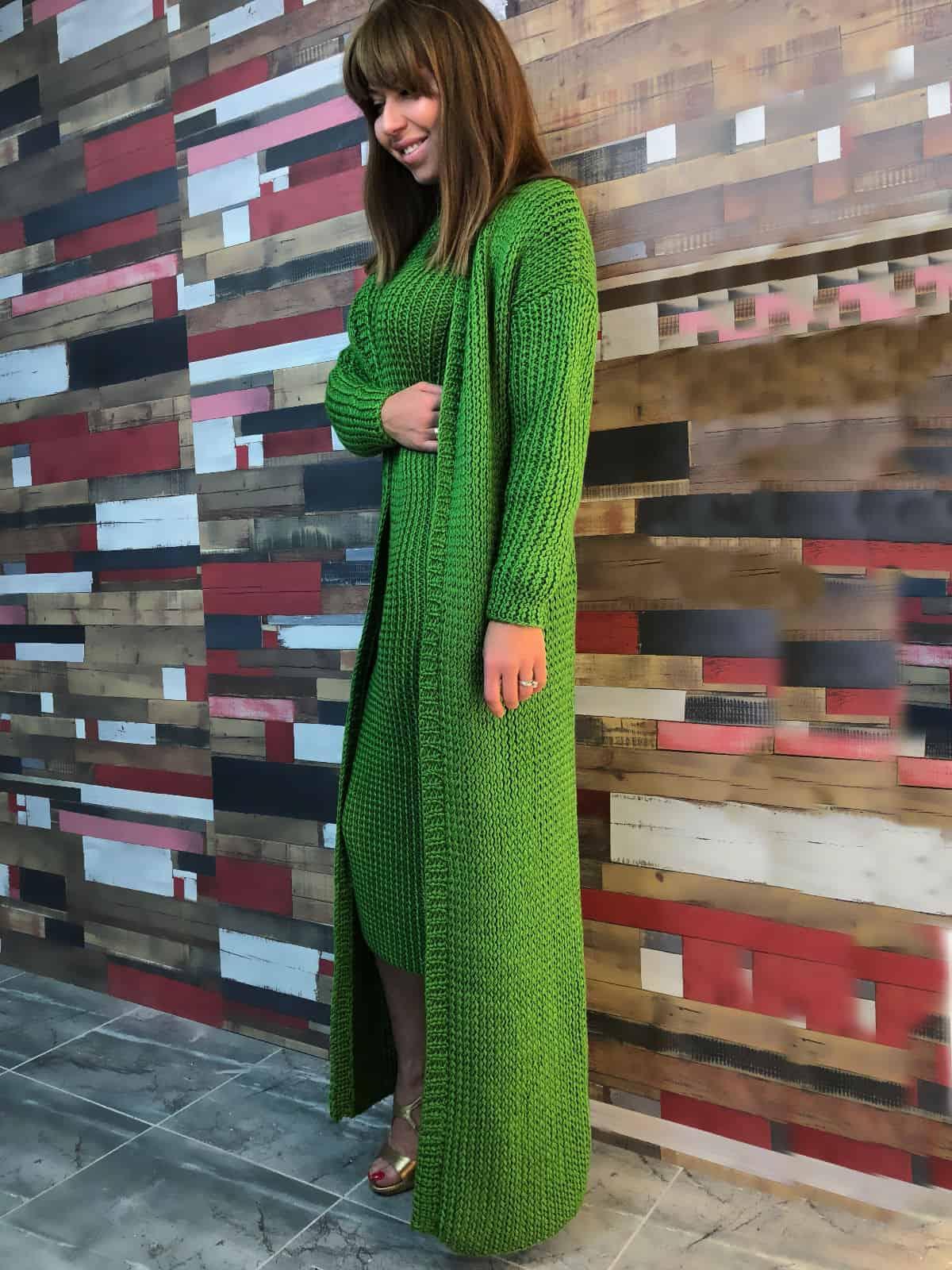 На фотографии вязаный кардиган и платье от Shapar, бренда женской одежды ручной работы в интернет-магазине связанных спицами вещей.