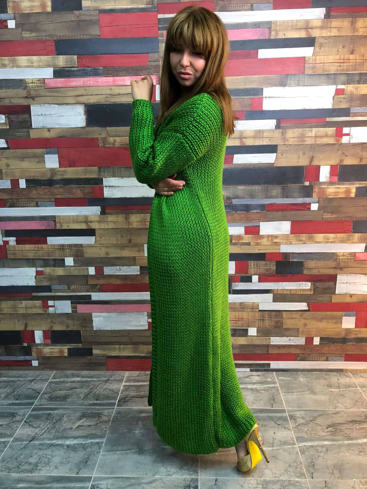 На пятой фотографии вязаный кардиган и платье для стильных модниц от Shapar, бренда женской одежды ручной работы в интернет-магазине связанных спицами вещей.