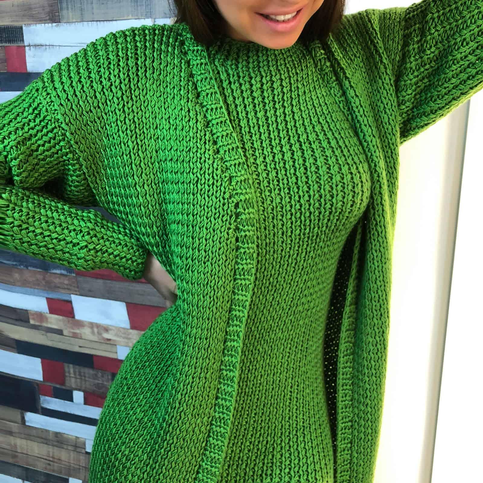 На четвертой фотографии вязаный кардиган и платье ярко-зеленого цвета от Shapar, бренда женской одежды ручной работы в интернет-магазине связанных спицами вещей.