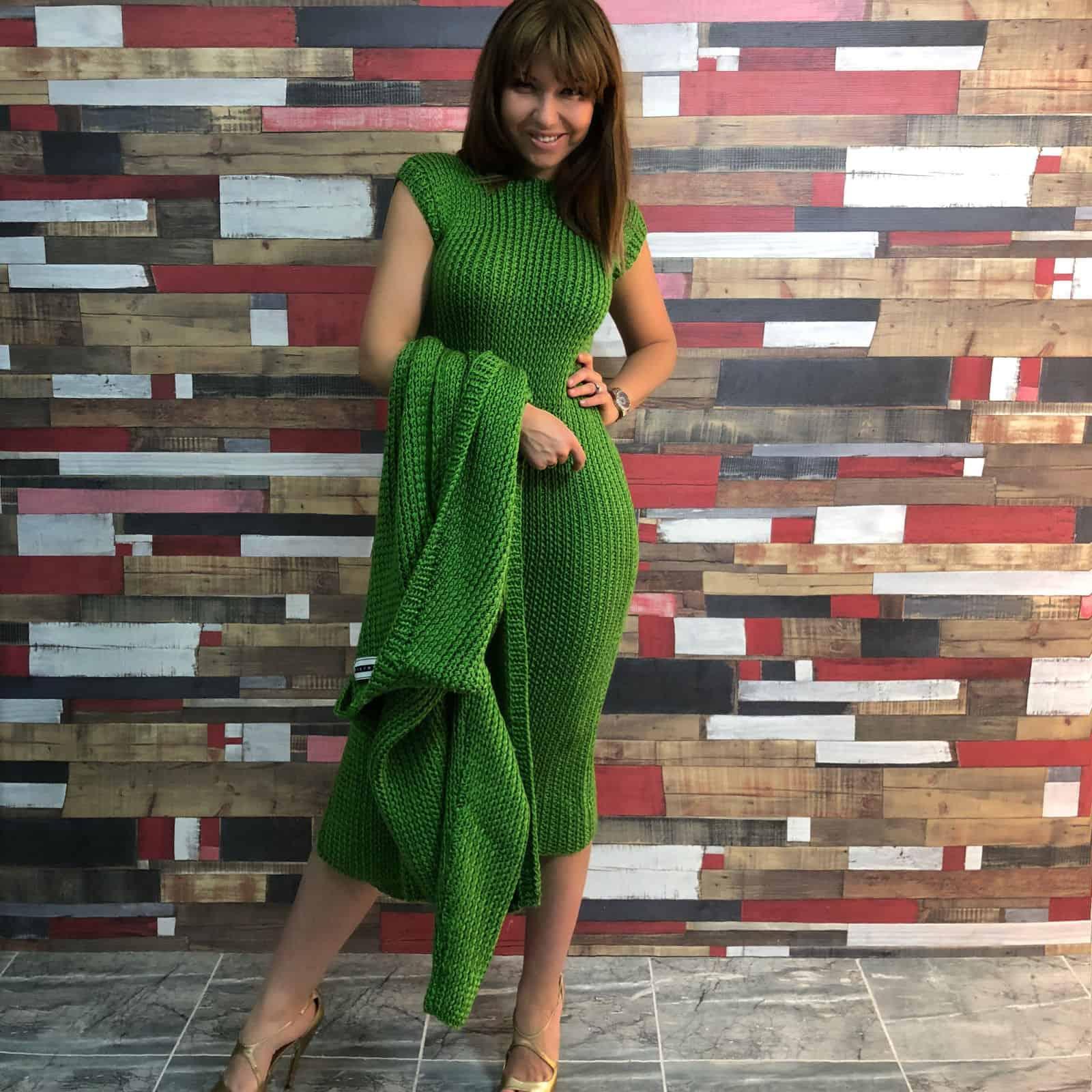 На второй фотографии вязаный кардиган и платье в комплекте от Shapar, бренда женской одежды ручной работы в интернет-магазине связанных спицами вещей.