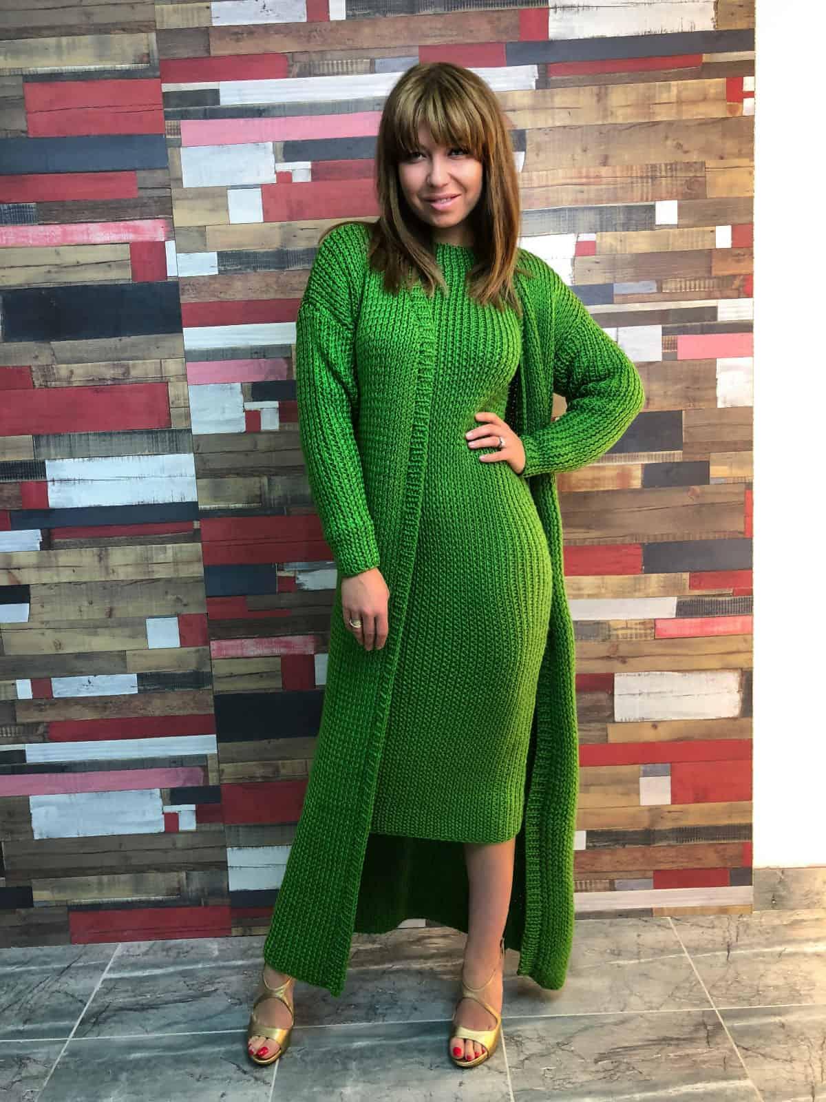 На шестой фотографии демисезонный вязаный кардиган и платье девушек от Shapar, бренда одежды ручной работы в интернет-магазине связанных спицами вещей.